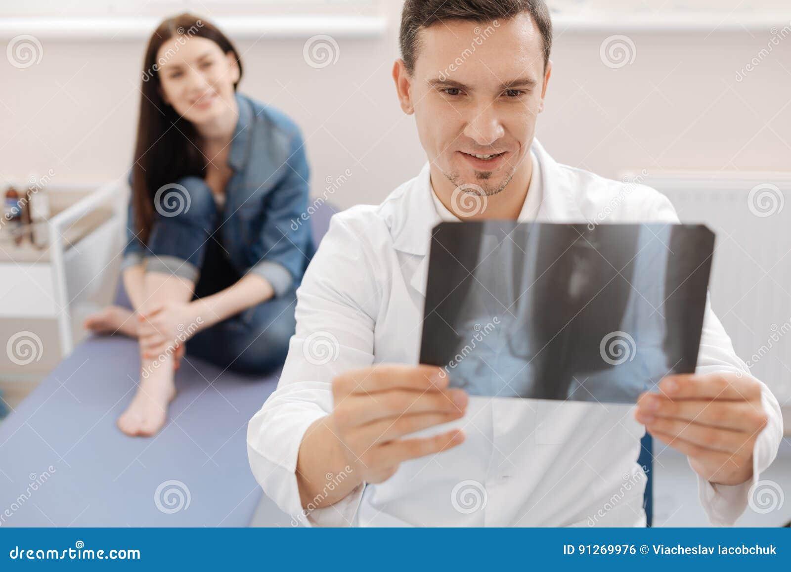 Ευχαριστημένος θετικός γιατρός που έχει τις καλές ειδήσεις