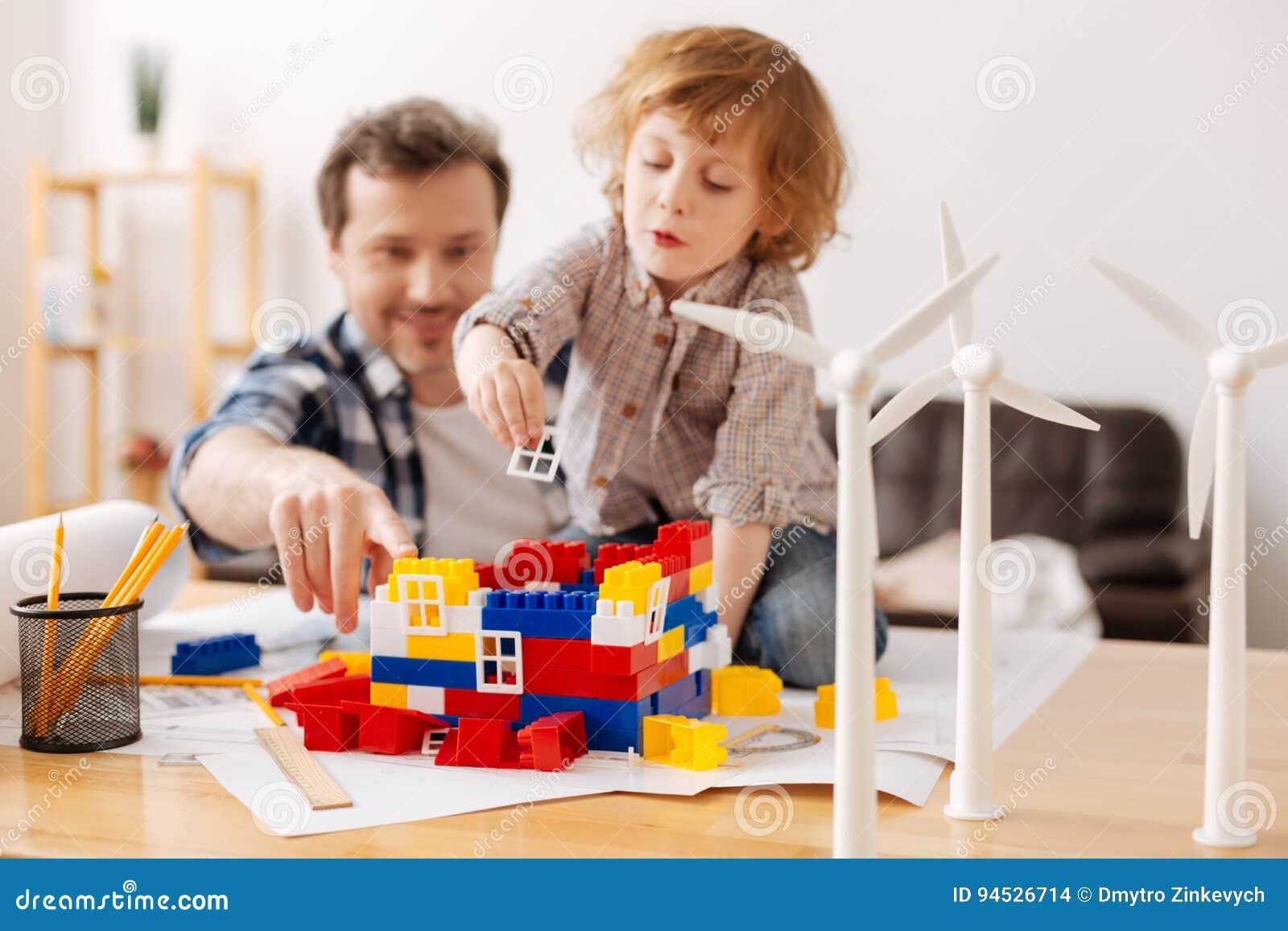 Ευχαριστημένος πατέρας που προτείνει στο γιο του στο παιχνίδι