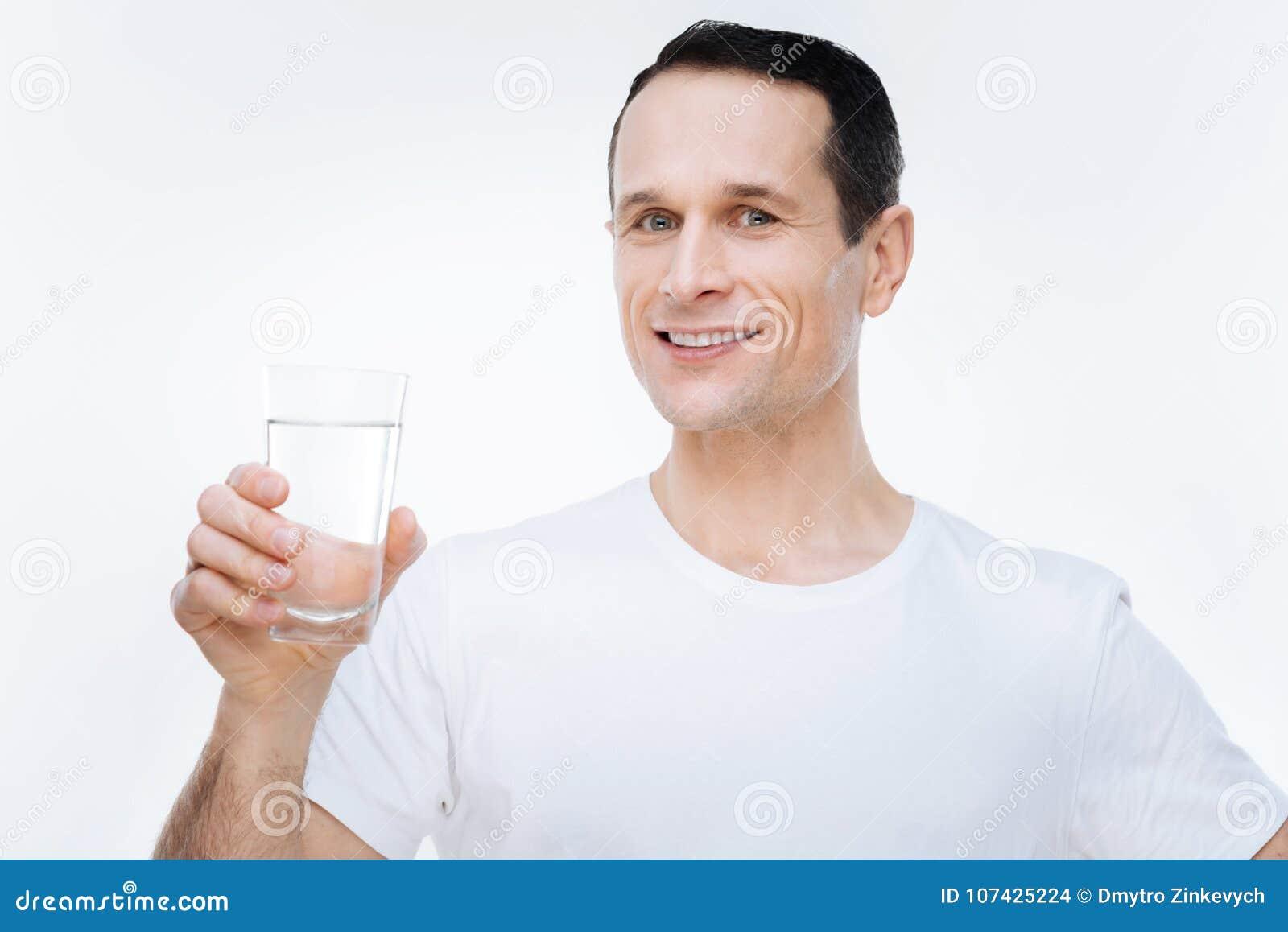 Ευχαριστημένος υγιής άνδρας που οδηγεί τον υγιή τρόπο ζωής