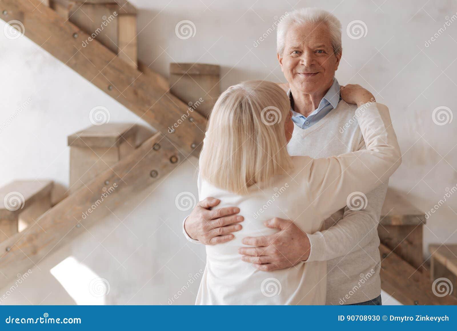 Ευχαριστημένος φροντίζοντας σύζυγος που αγκαλιάζει τη σύζυγό του