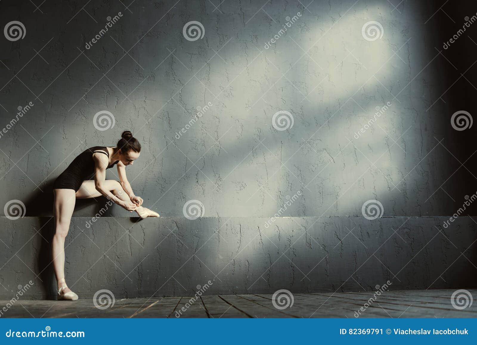 Ευχαριστημένος χορευτής μπαλέτου που φορά τα σημεία της στη χορεύοντας αίθουσα