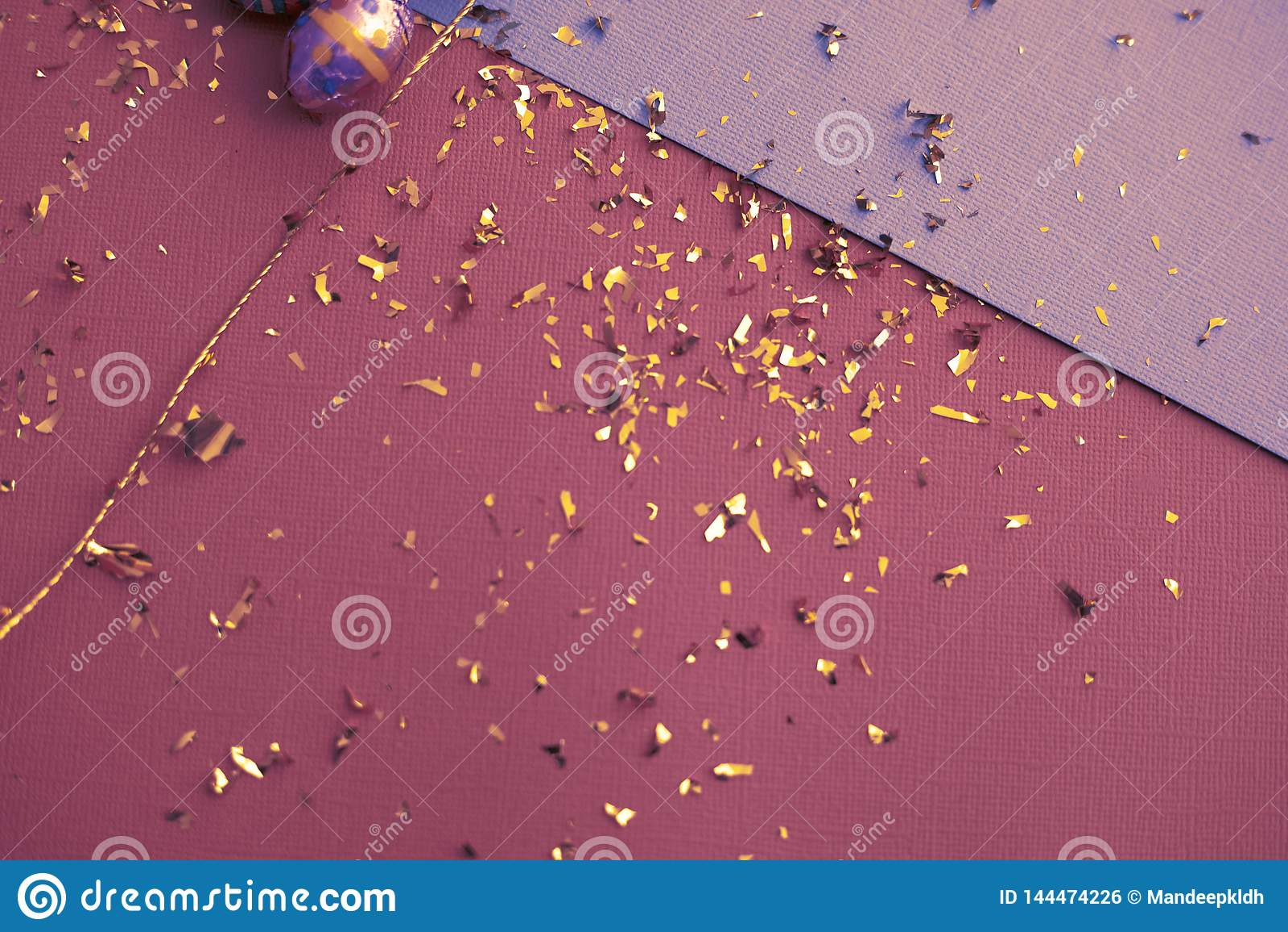 Ευχετήρια κάρτα Πάσχας Χρυσό κομφετί στα χρωματισμένα φύλλα Χρυσό αυγό Πάσχας στην επιφάνεια Τοπ άποψη των ρυθμίσεων ντεκόρ