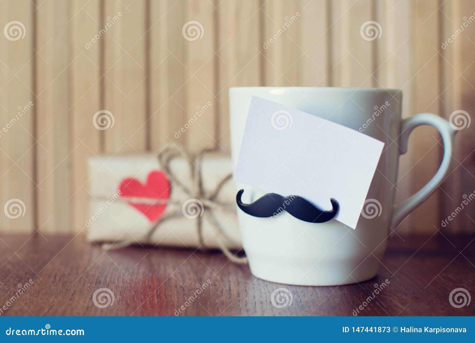Ευχετήρια κάρτα στο φλυτζάνι με το αστείο mustache πέρα από τον ξύλινο πίνακα r E r Πρότυπο