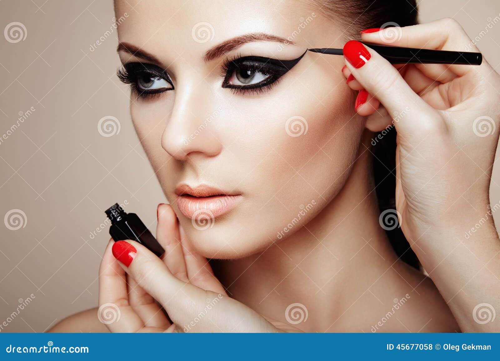 εφαρμόζει τη σκιά ματιών καλλιτεχνών makeup
