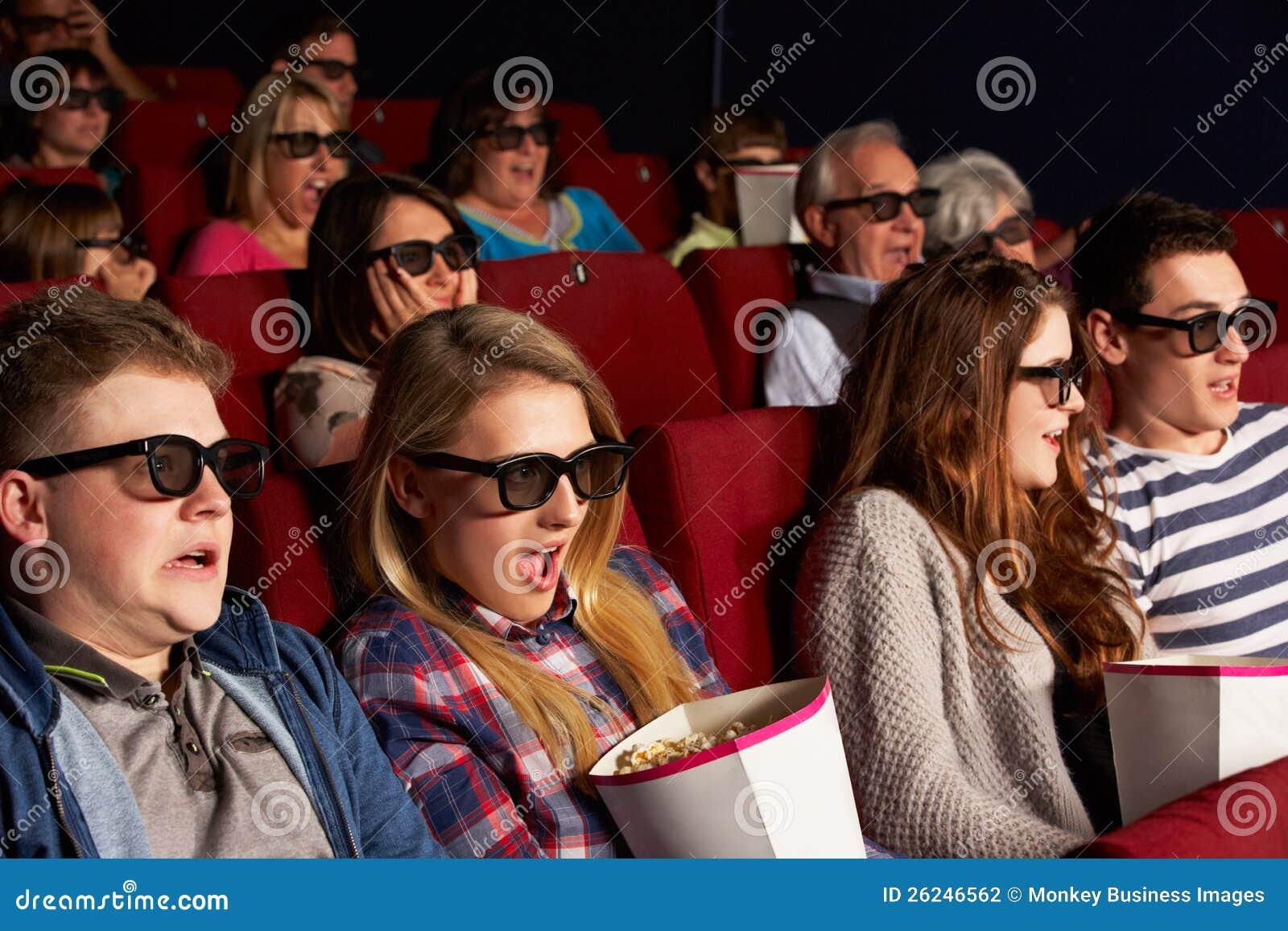 Εφηβικοί φίλοι που προσέχουν την τρισδιάστατη ταινία στον κινηματογράφο