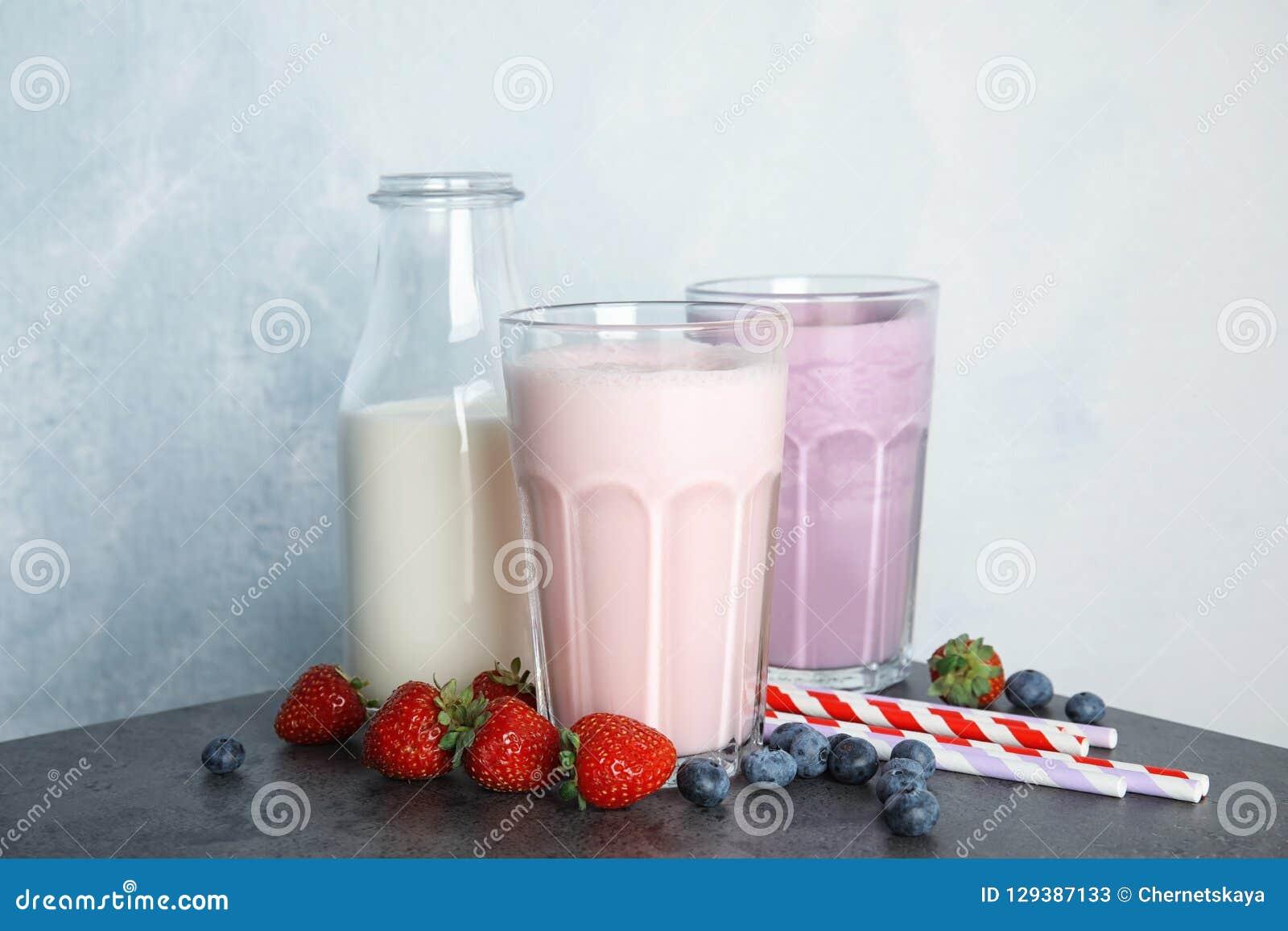 Εύγευστα κουνήματα γάλακτος και συστατικά στον πίνακα
