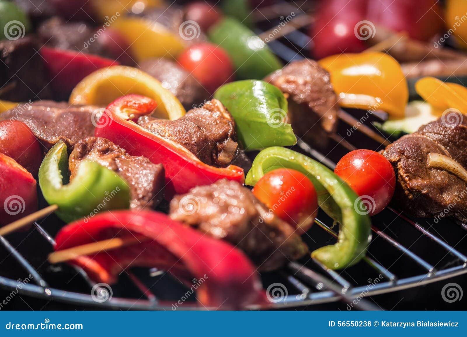 Download Εύγευστα Shashliks στη σχάρα Στοκ Εικόνες - εικόνα από μαγειρευμένος, συστατικό: 56550238