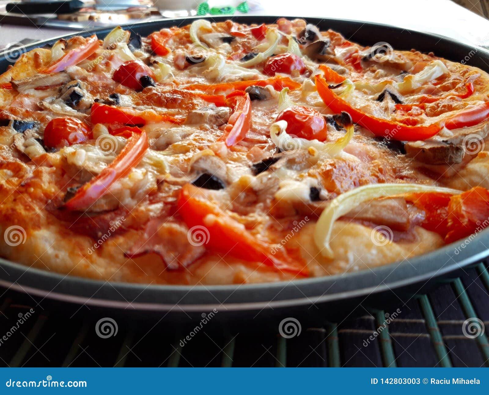 Εύγευστη ιταλική φρέσκια ψημένη πίτσα
