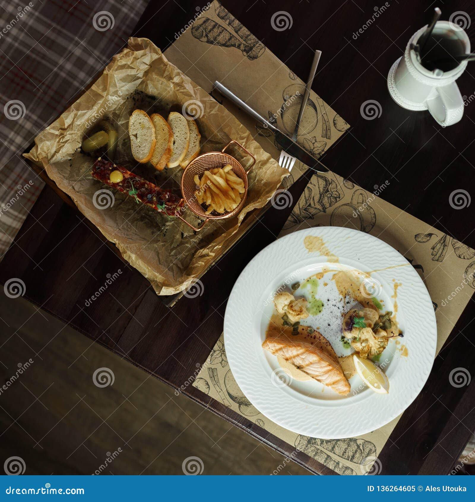Εύγευστη λωρίδα σολομών με τους σπόρους κολοκύθας με το κουνουπίδι στη σάλτσα Ορεκτικός τάρταρος του βόειου κρέατος με το παστωμέ