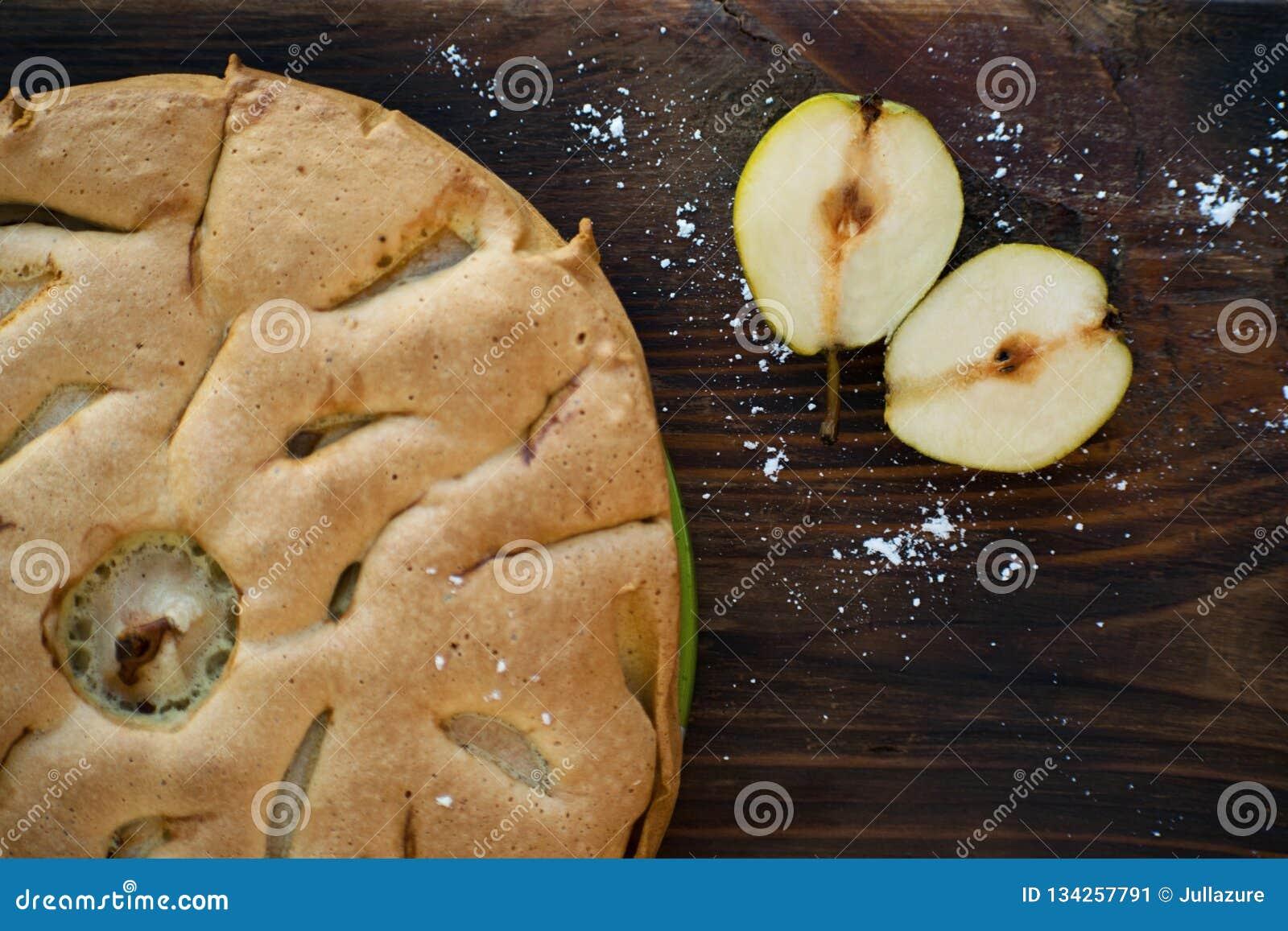 Εύγευστο αχλάδι ξινό στον πίνακα Πίτα tatin αχλαδιών στον ξύλινο πίνακα Σπιτικός οργανικός φρέσκος πίτα ή ξινός φρούτων αχλαδιών