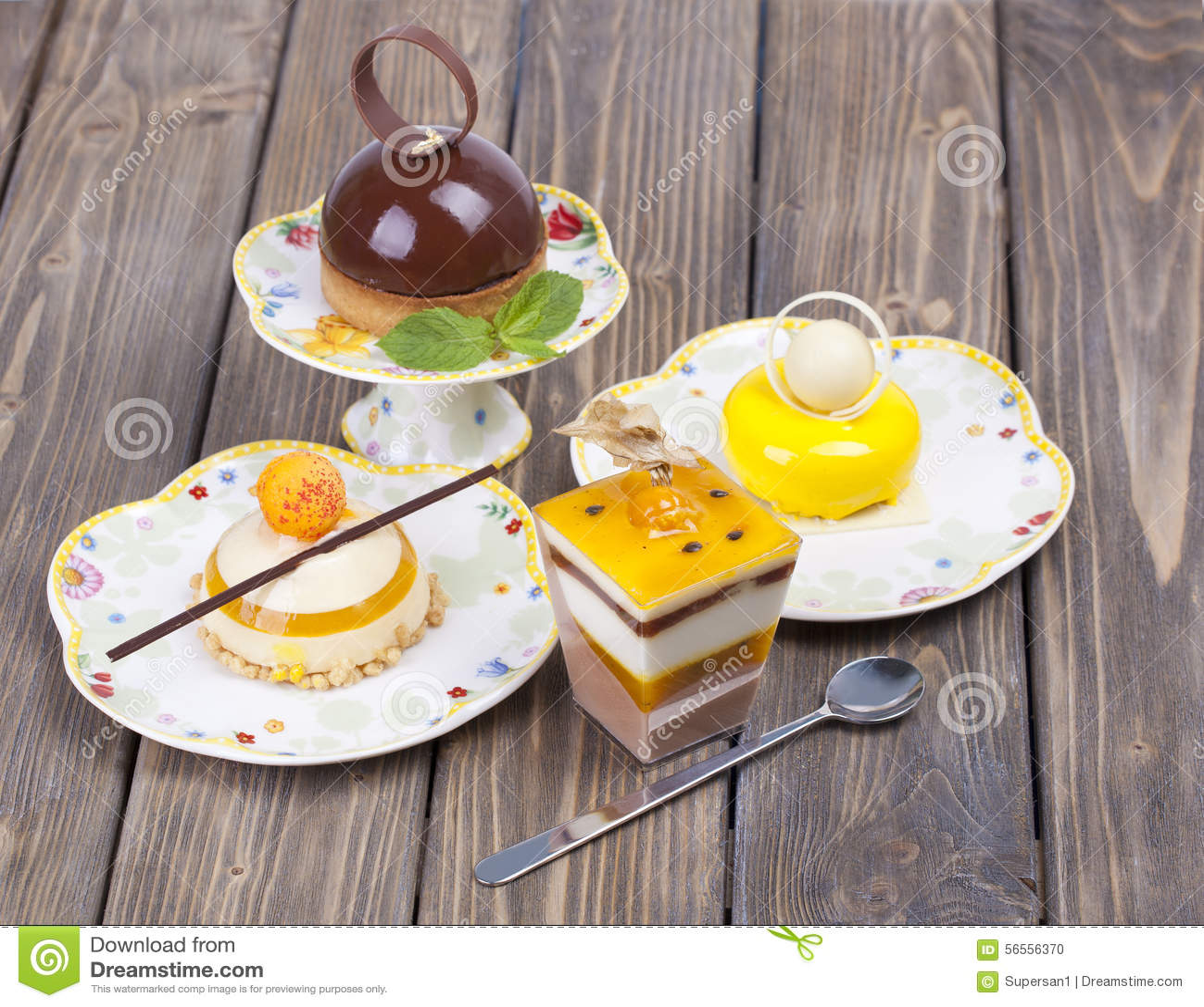 Download Εύγευστο κέικ σοκολάτας λεμονιών Στοκ Εικόνες - εικόνα από άσπρος, κέικ: 56556370