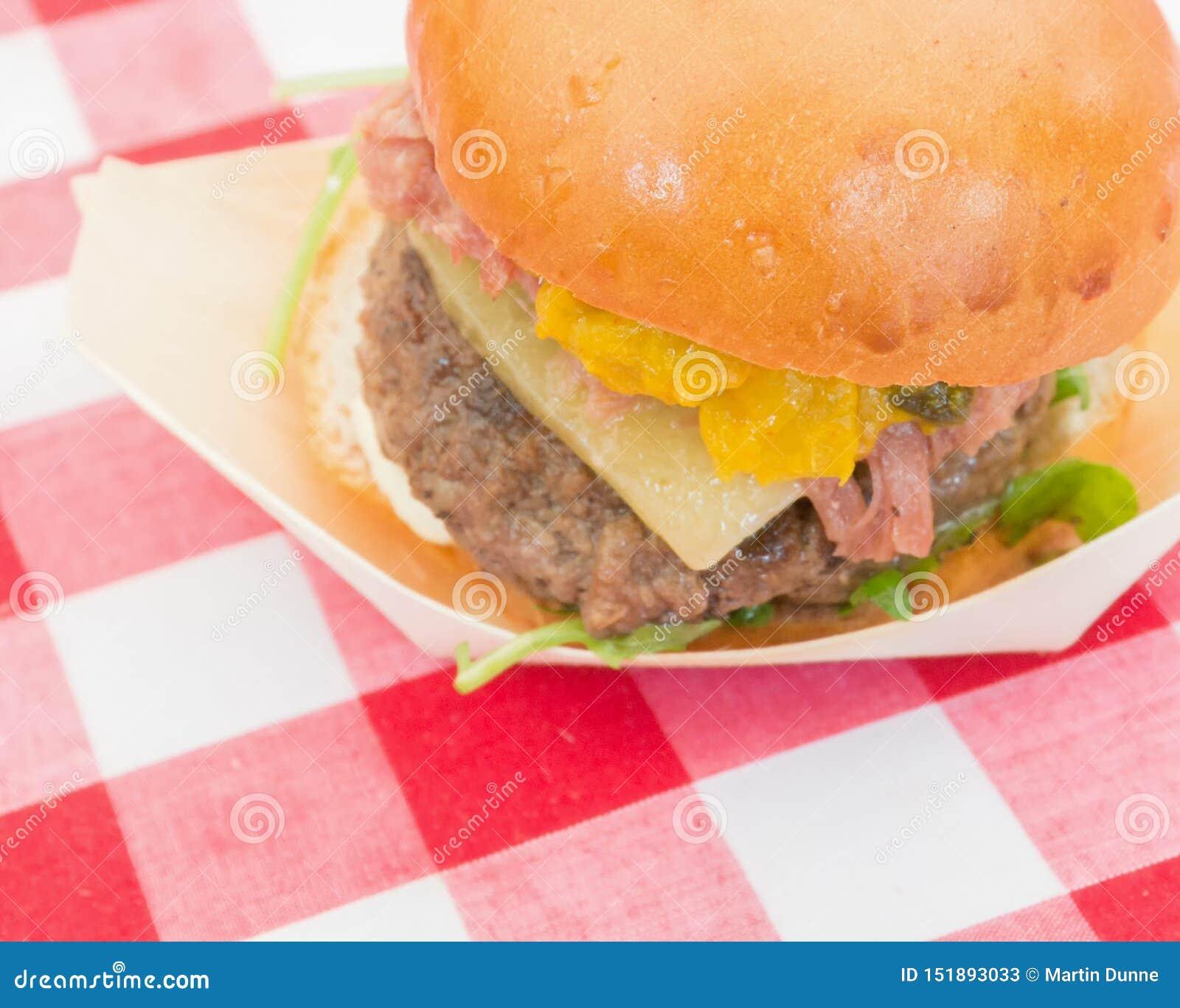 Εύγευστο burger τυριών gingham