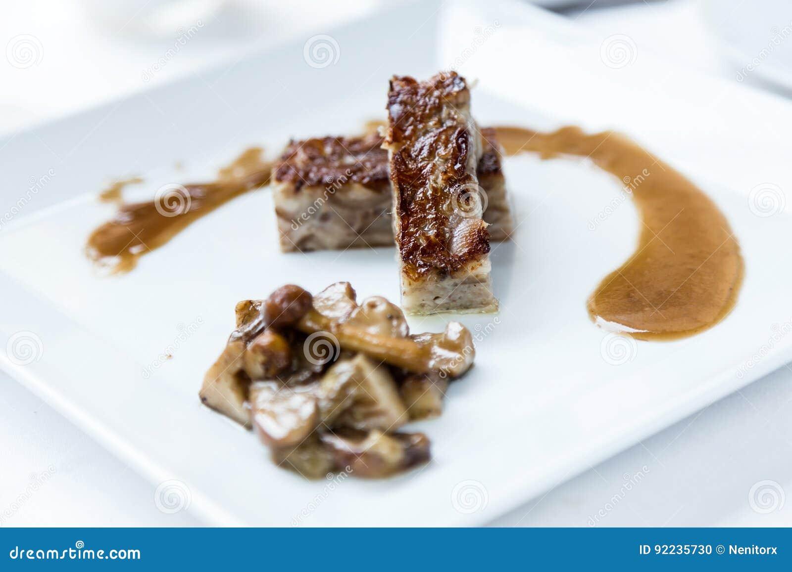 Εύγευστο meatloaf της σύγχρονης κουζίνας στη χαμηλή θερμοκρασία με τη σάλτσα μανιταριών