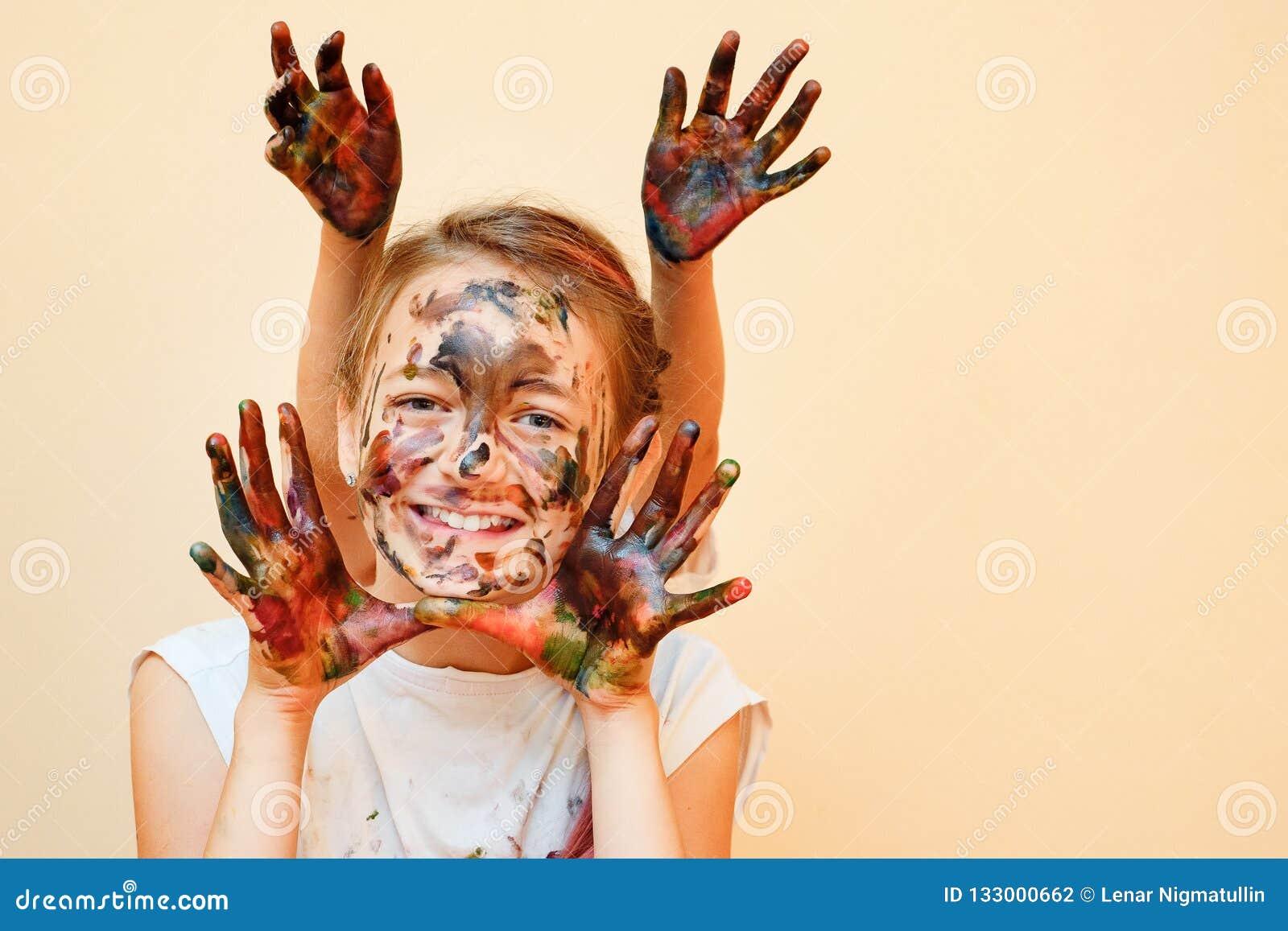 Εύθυμα κορίτσια με τα χρωματισμένα χέρια