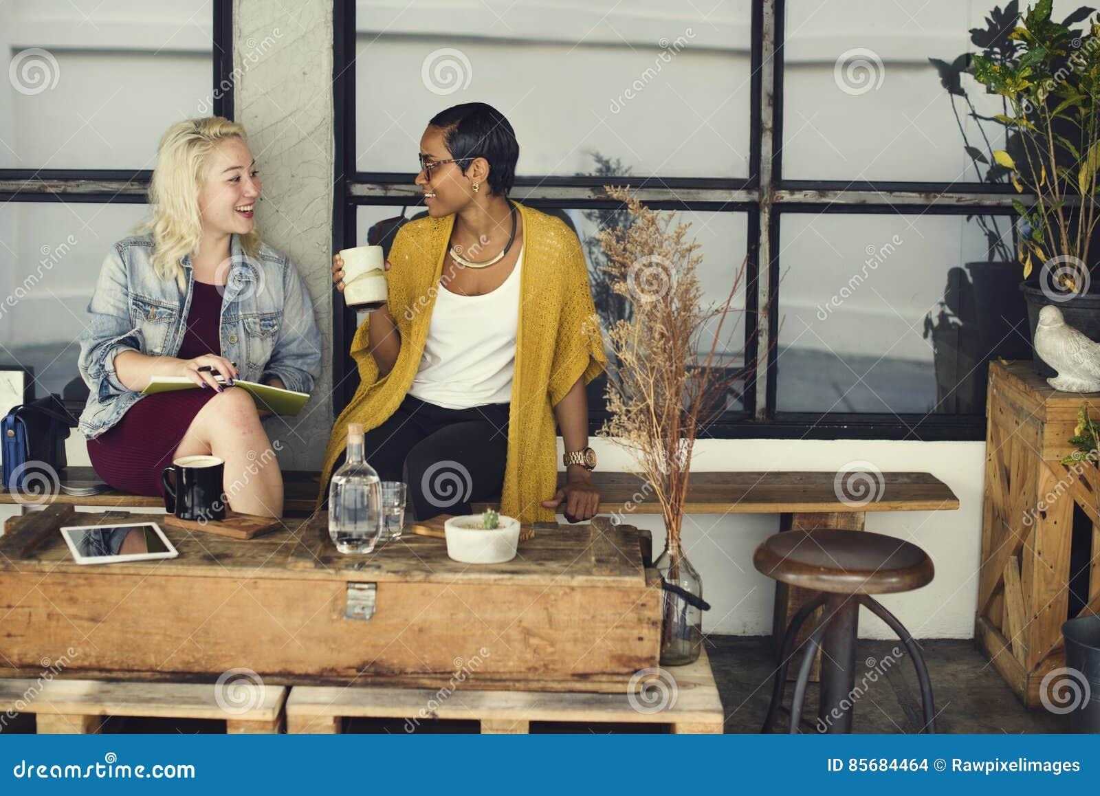 Εύθυμη έννοια συναδέλφων καφετεριών σπασιμάτων περιστασιακή