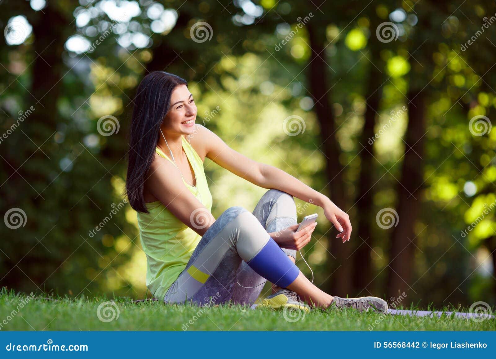 Download Εύθυμη αθλητική γυναίκα στοκ εικόνες. εικόνα από κύτταρο - 56568442