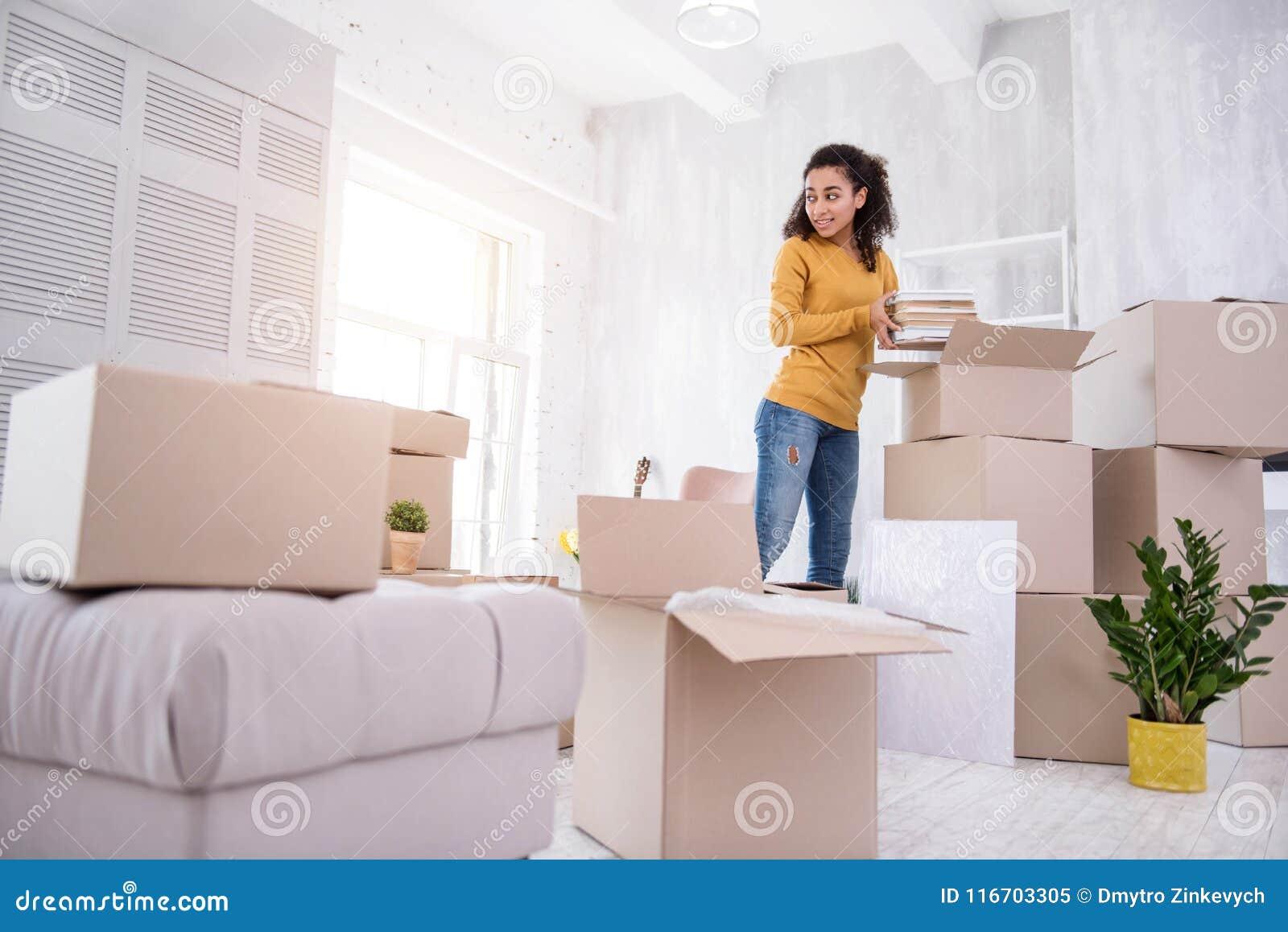 Εύθυμη συσκευασία νέων κοριτσιών πρίν κινείται από το dorm
