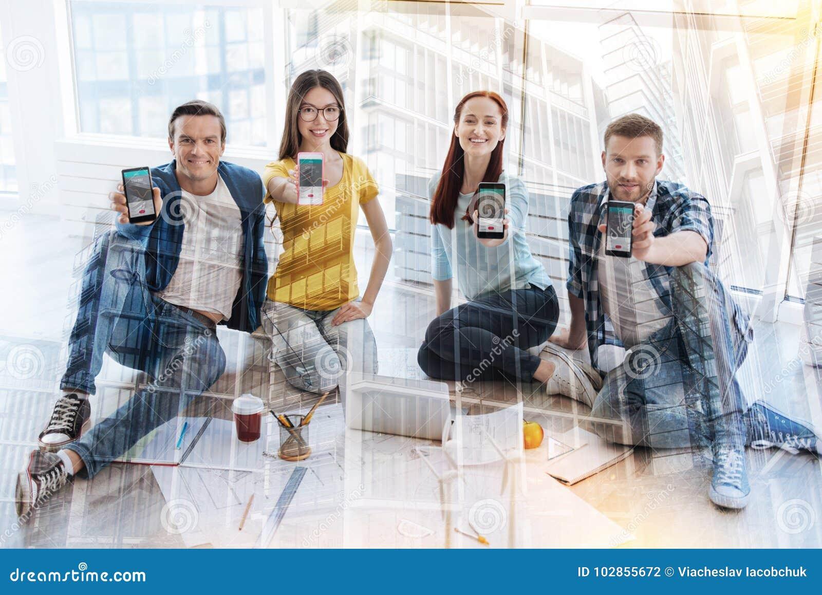 Εύθυμοι εργαζόμενοι γραφείων που αισθάνονται την ευτυχία