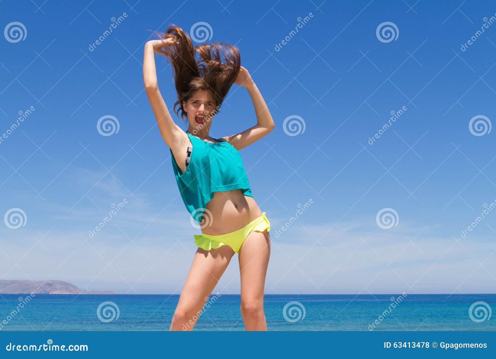Εύθυμος εφηβικός Brunette σε beachwear απολαμβάνει