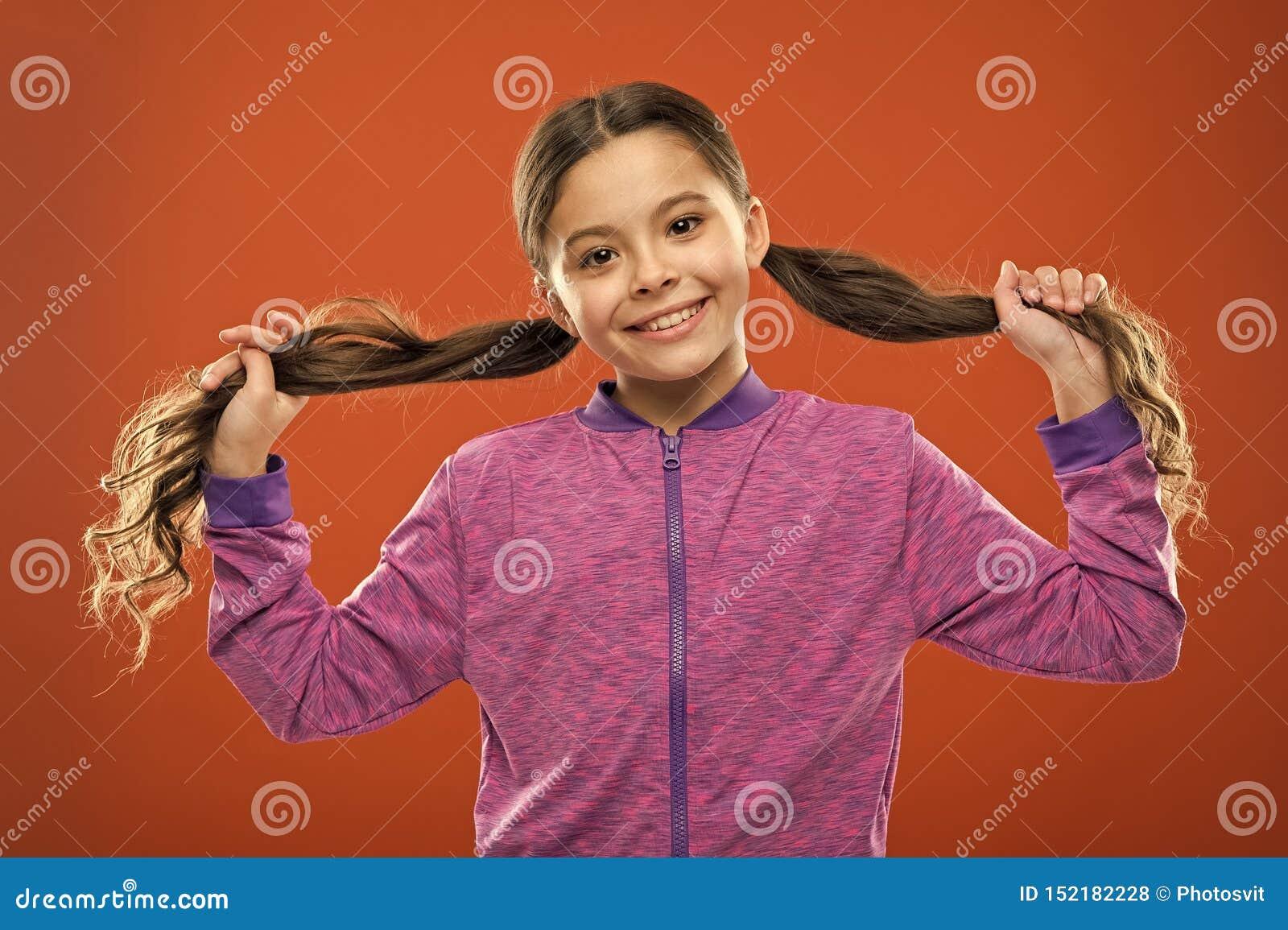 Εύκολες άκρες που κάνουν hairstyle για τα παιδιά i Γοητευτική ομορφιά Ενεργό παιδί κοριτσιών με τη μακριά πανέμορφη τρίχα