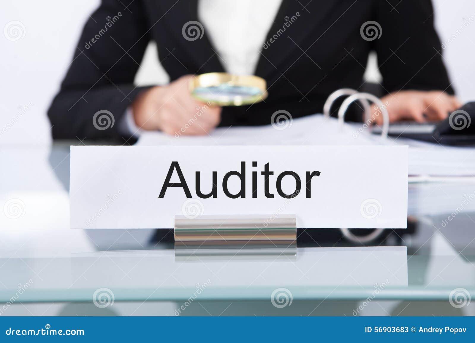 Ελεγκτής που διερευνά τα οικονομικά έγγραφα