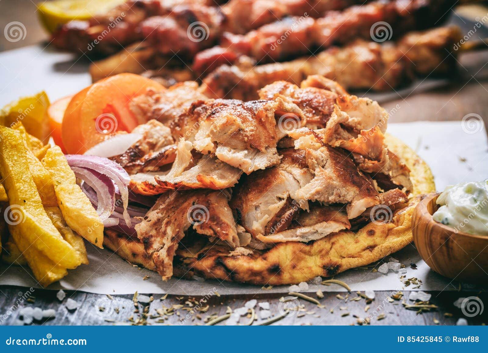 Ελληνικά γυροσκόπια σε ένα ψωμί pita