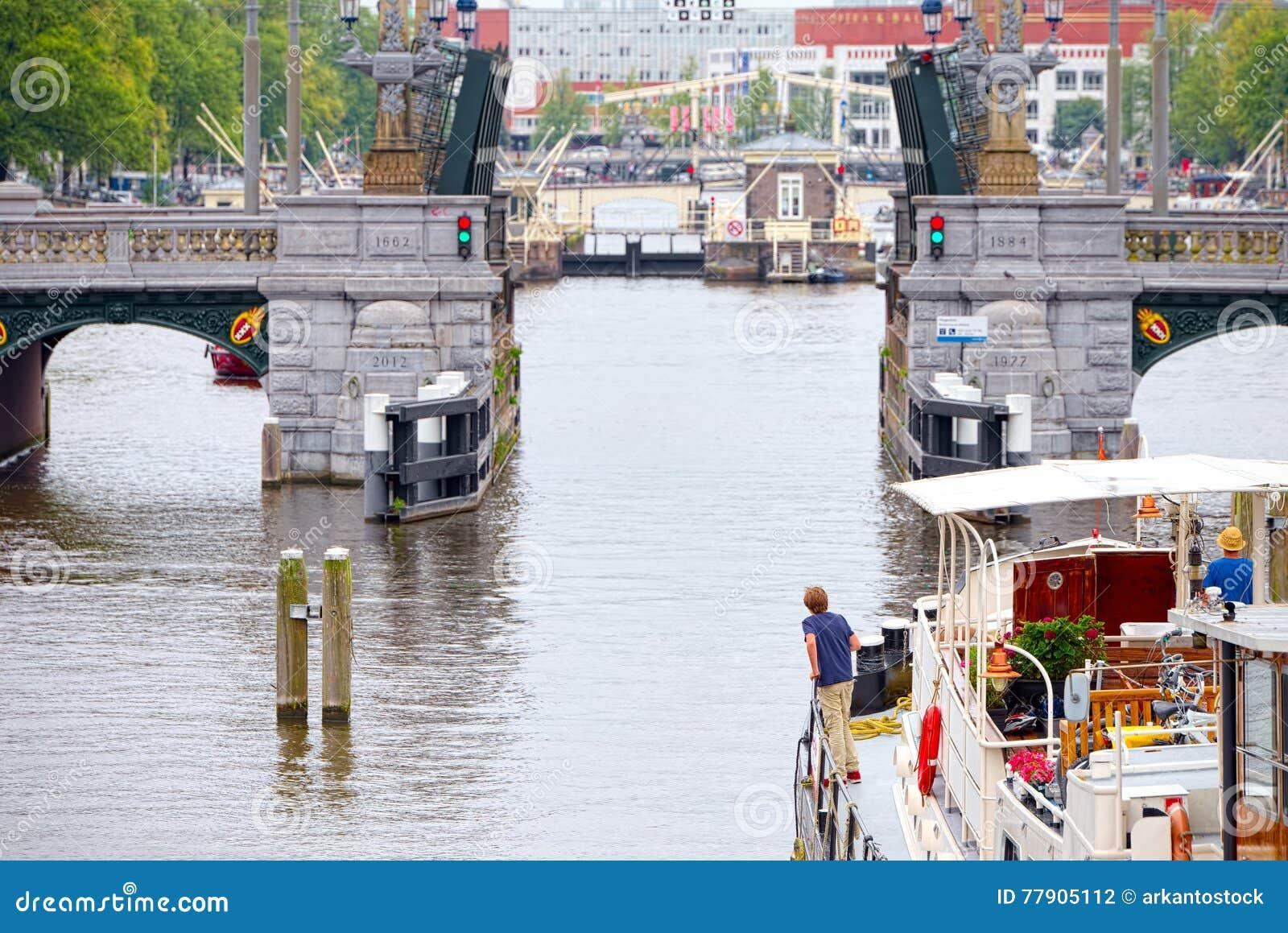 Ελιγμός βαρκών μέσω των καναλιών drawbridge του Άμστερνταμ