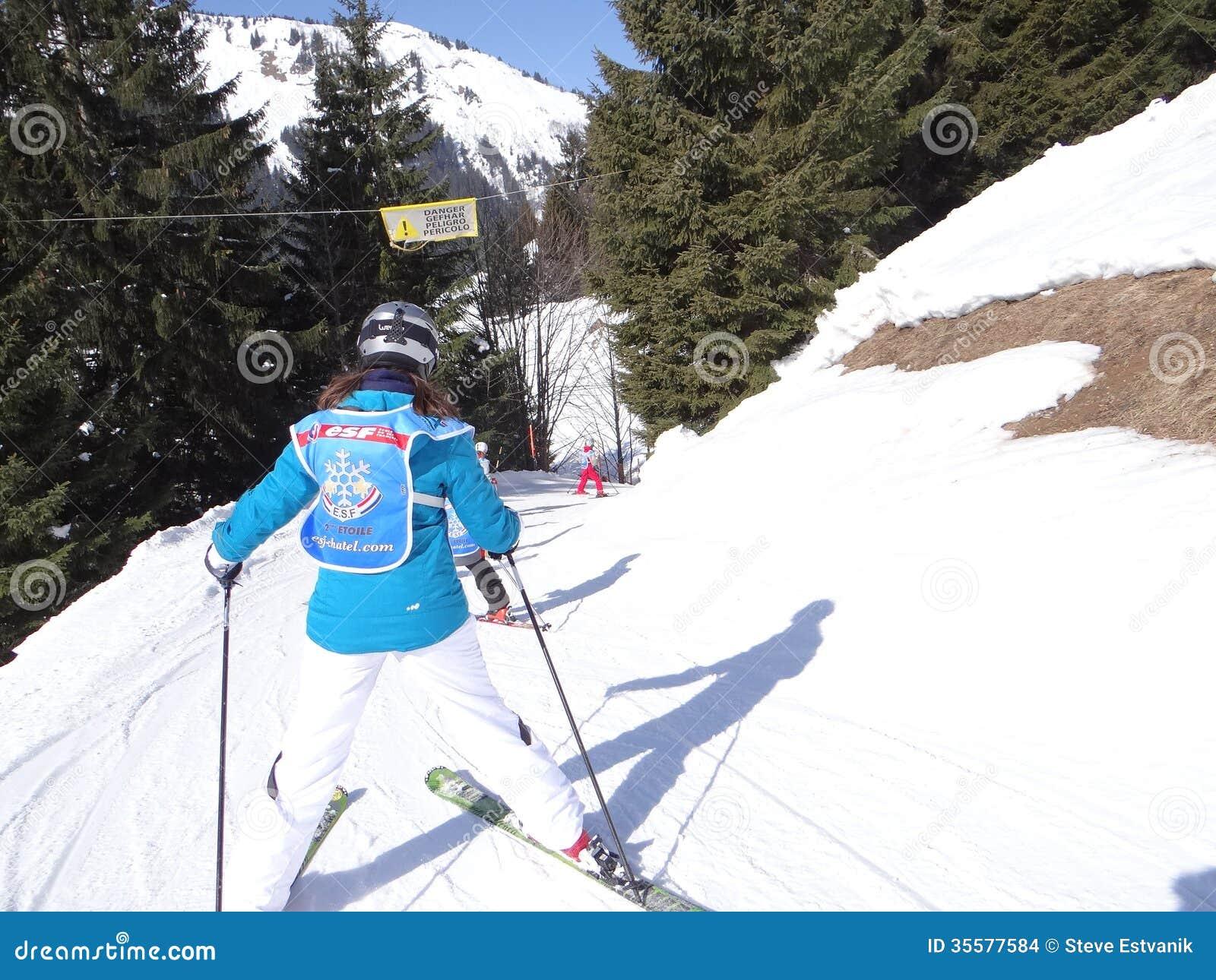Ελιγμός σχολικών παιδιών σκι σε έναν παγωμένο δρόμο
