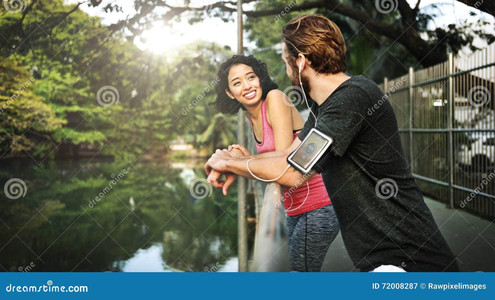 Ελκυστική θερινή κατάλληλη έννοια αθλητών τρόπου ζωής ζεύγους