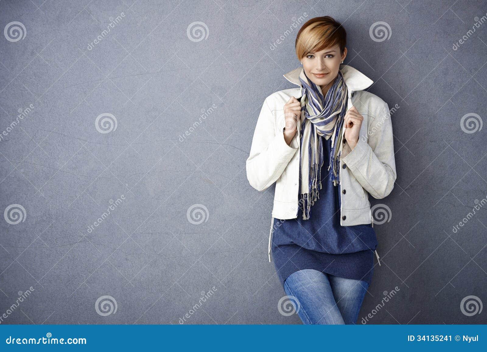 Ελκυστική νέα γυναίκα στο άσπρο σακάκι