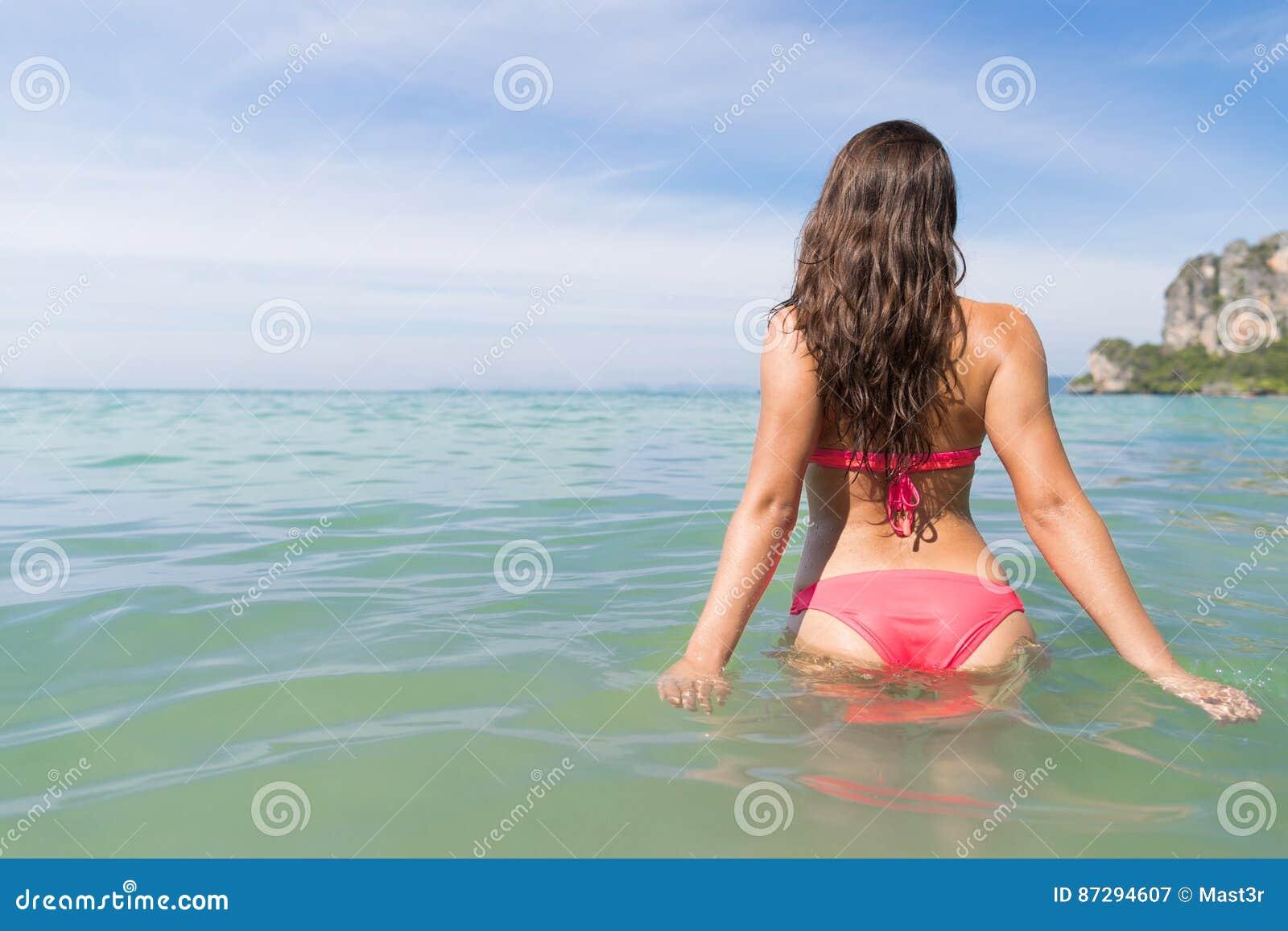 657e2c568fc Ελκυστική νέα καυκάσια γυναίκα στο μαγιό στην πλάτη παραλιών ...