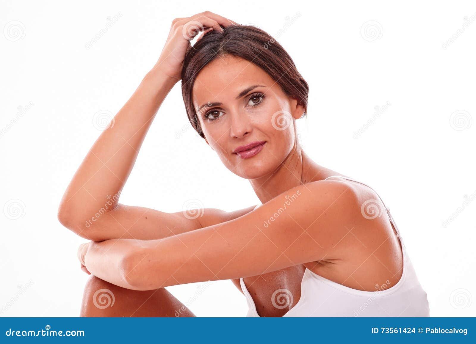 Ελκυστική χαμογελώντας νέα γυναίκα brunette μόνο