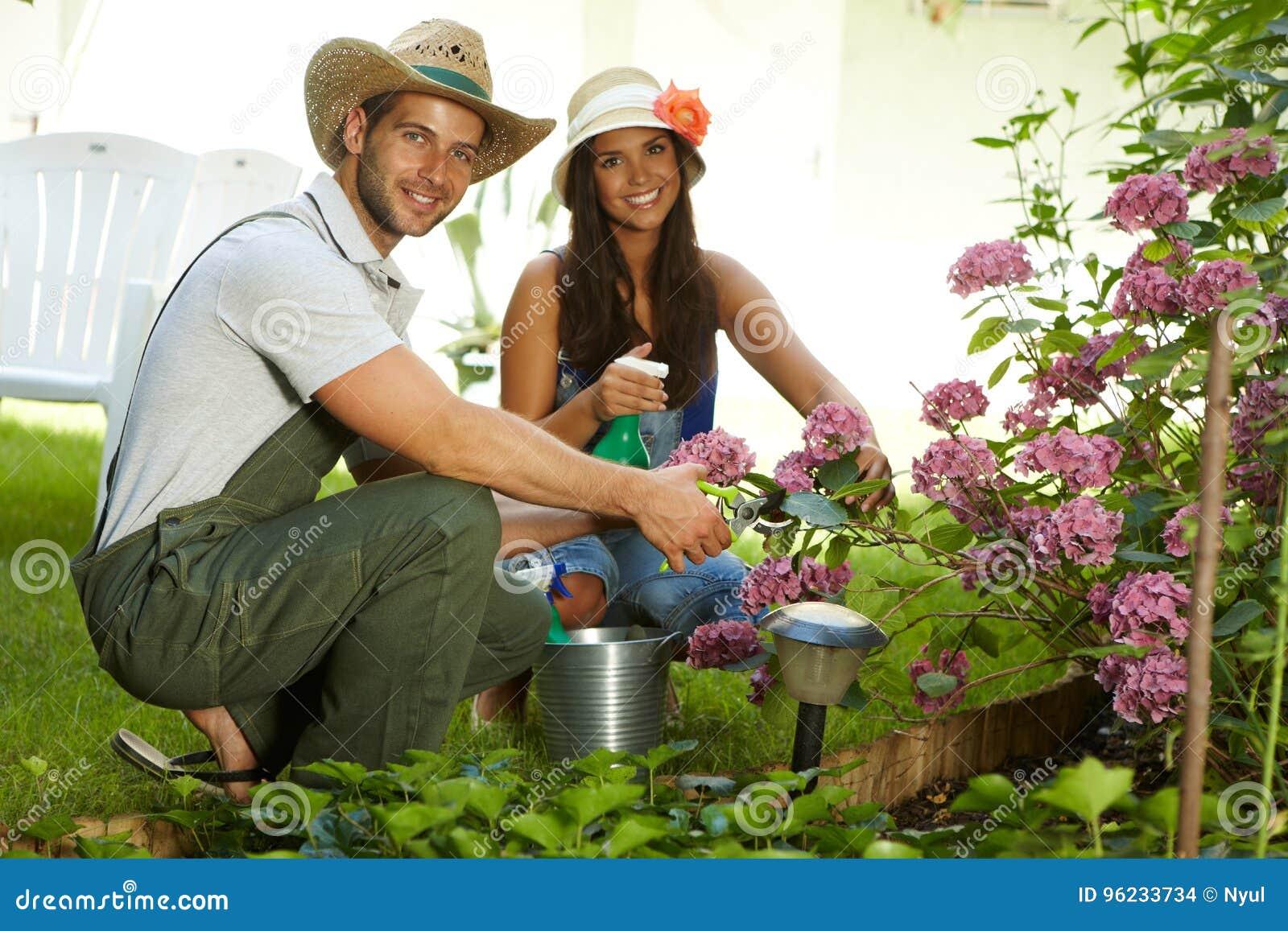 Ελκυστικό νέο ζεύγος που καλλιεργεί από κοινού
