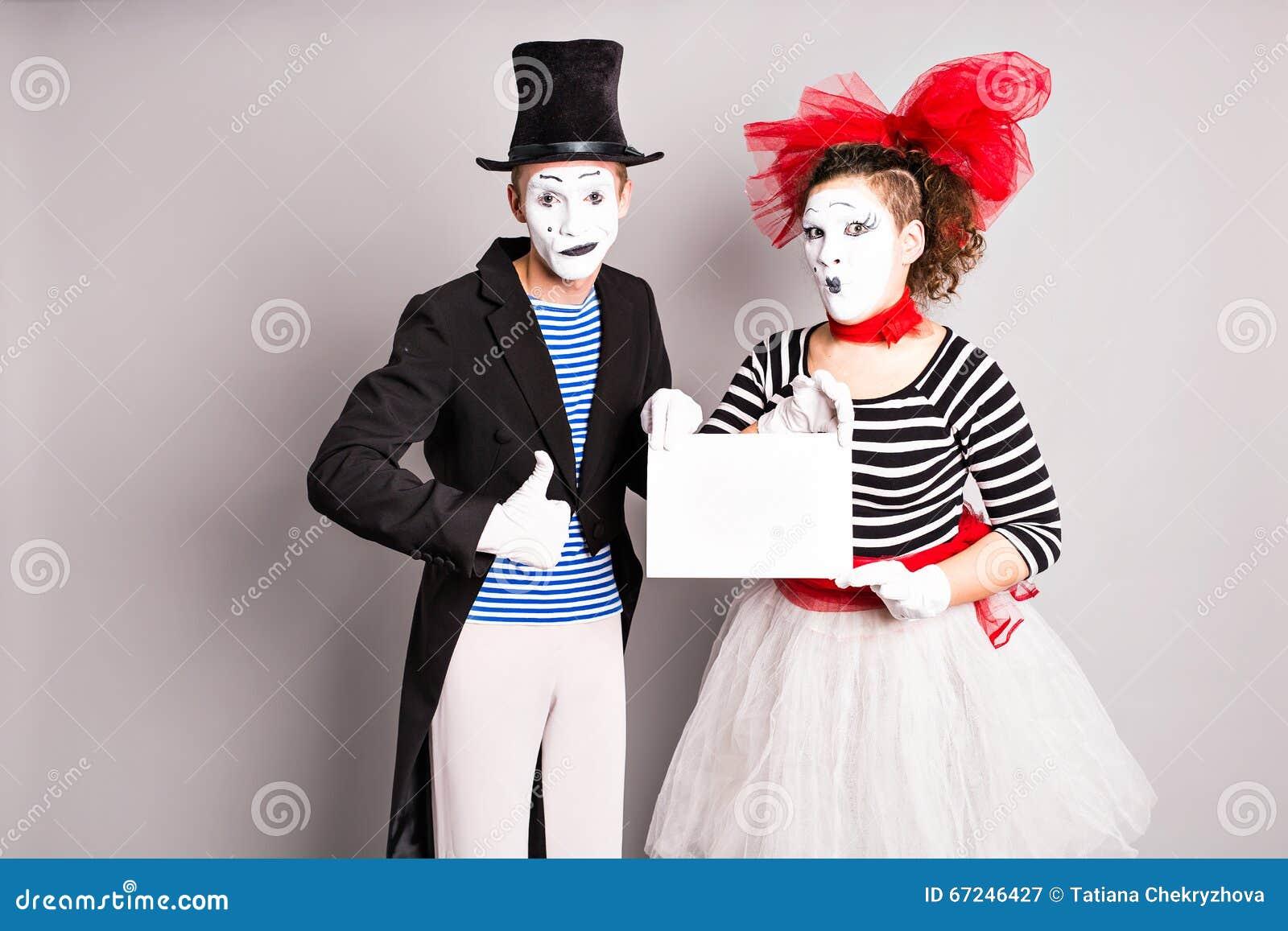 εδώ κείμενό σας Κενός κενός πίνακας εκμετάλλευσης δραστών mimes Ζωηρόχρωμο πορτρέτο στούντιο με το γκρίζο υπόβαθρο ενάντια στον μ