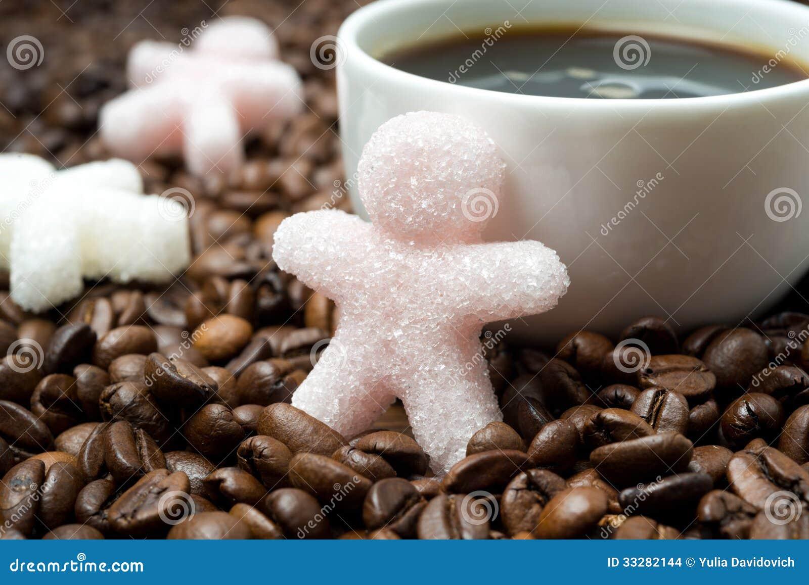 Ζάχαρη υπό μορφή μικρού ατόμου και φλιτζανιού του καφέ, κινηματογράφηση σε πρώτο πλάνο