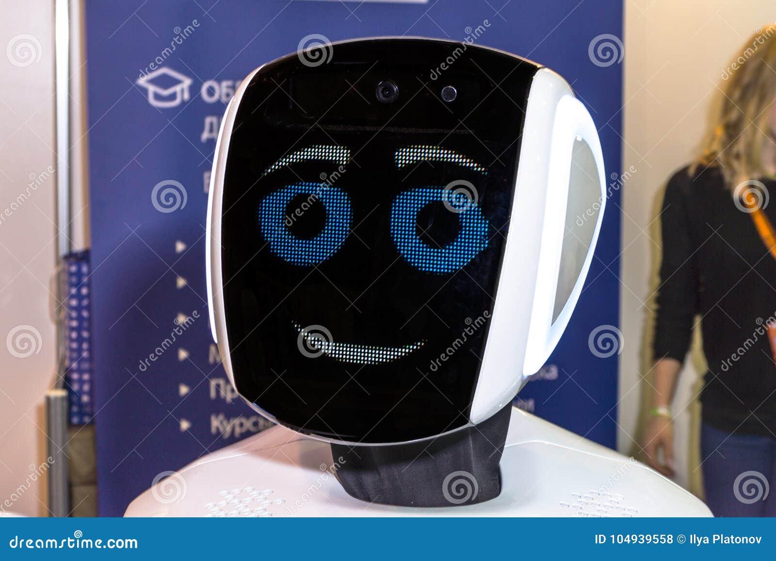 Ζήστε και ενδιαφέρουσα επικοινωνία μεταξύ ενός προσώπου και ενός ρομπότ