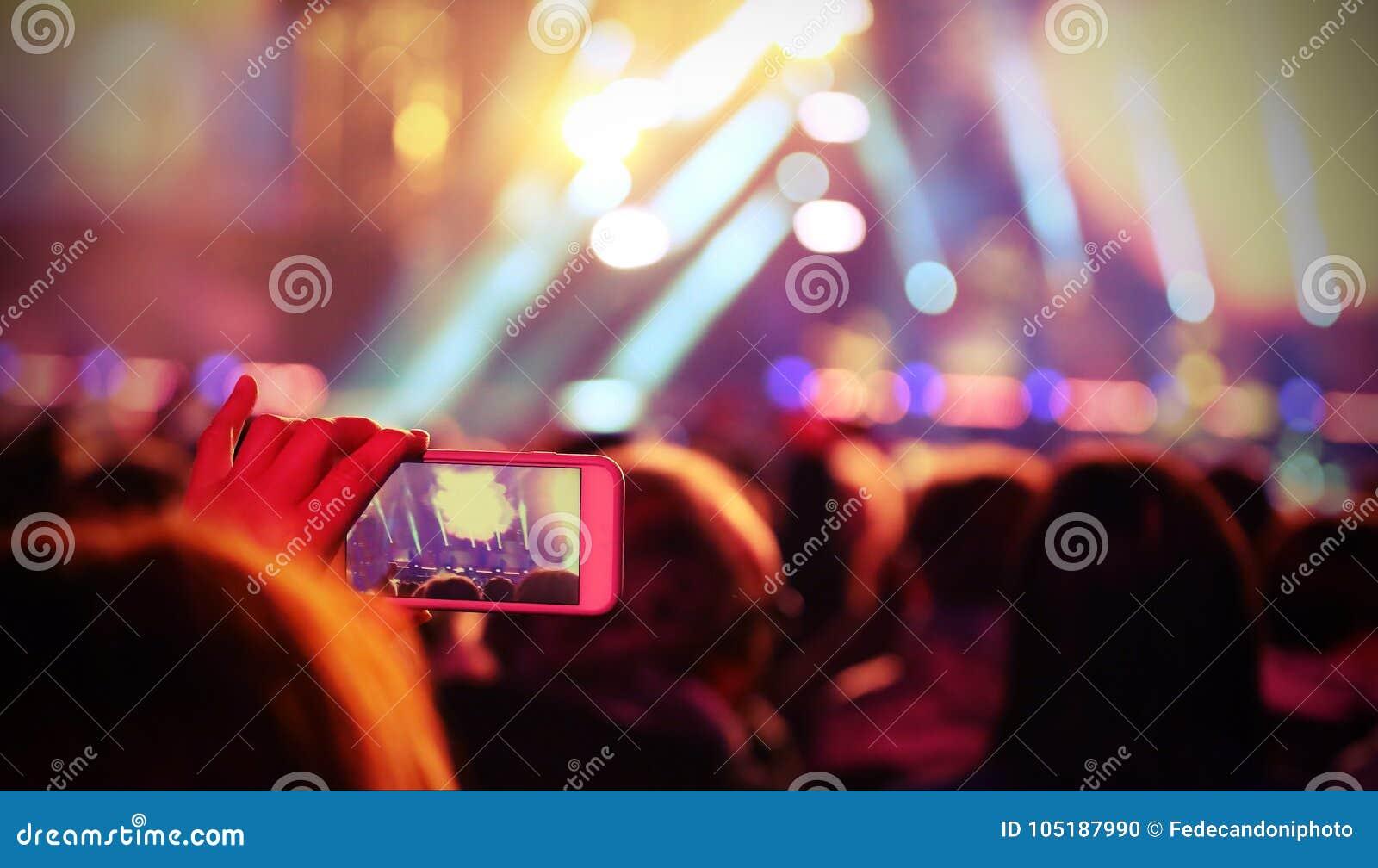 ζήστε συναυλία και μαγνητοσκόπηση νέων κοριτσιών ένα σύντομο βίντεο με το εκλεκτής ποιότητας ε