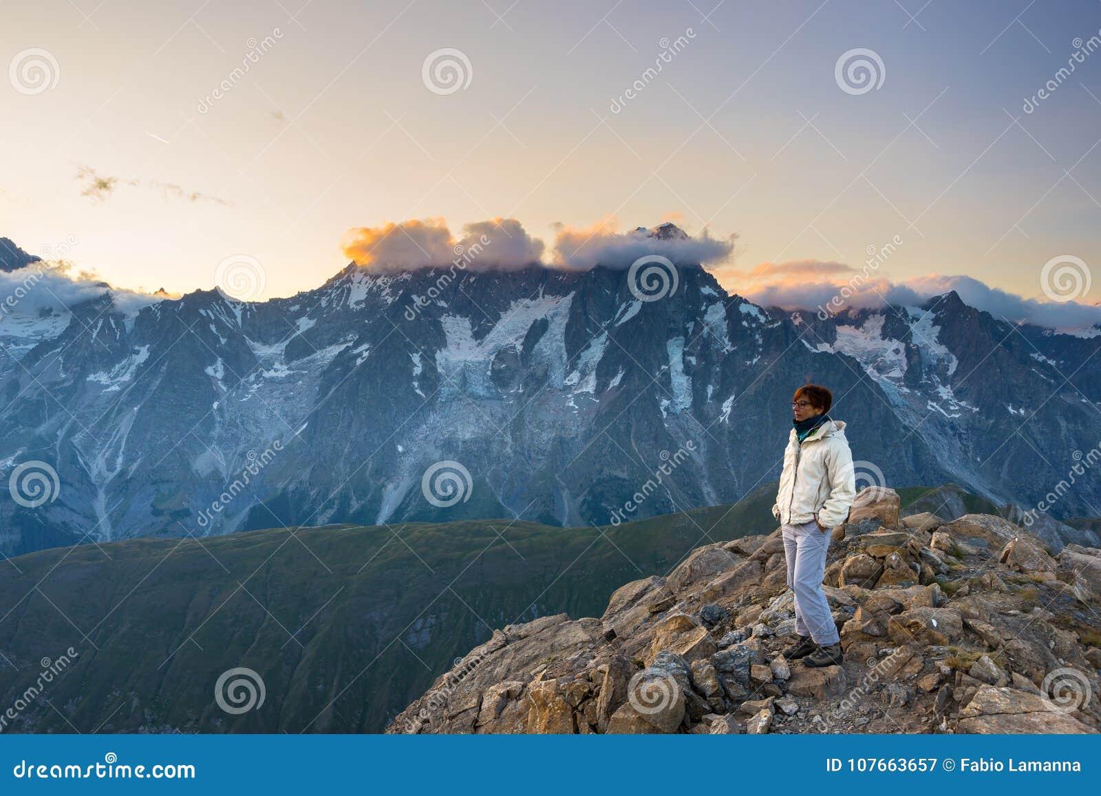 Ζαλίζοντας ανατολή προσοχής γυναικών πέρα από τις κοιλάδες, τις κορυφογραμμές και τις αιχμές βουνών Ευρεία άποψη γωνίας από 3000