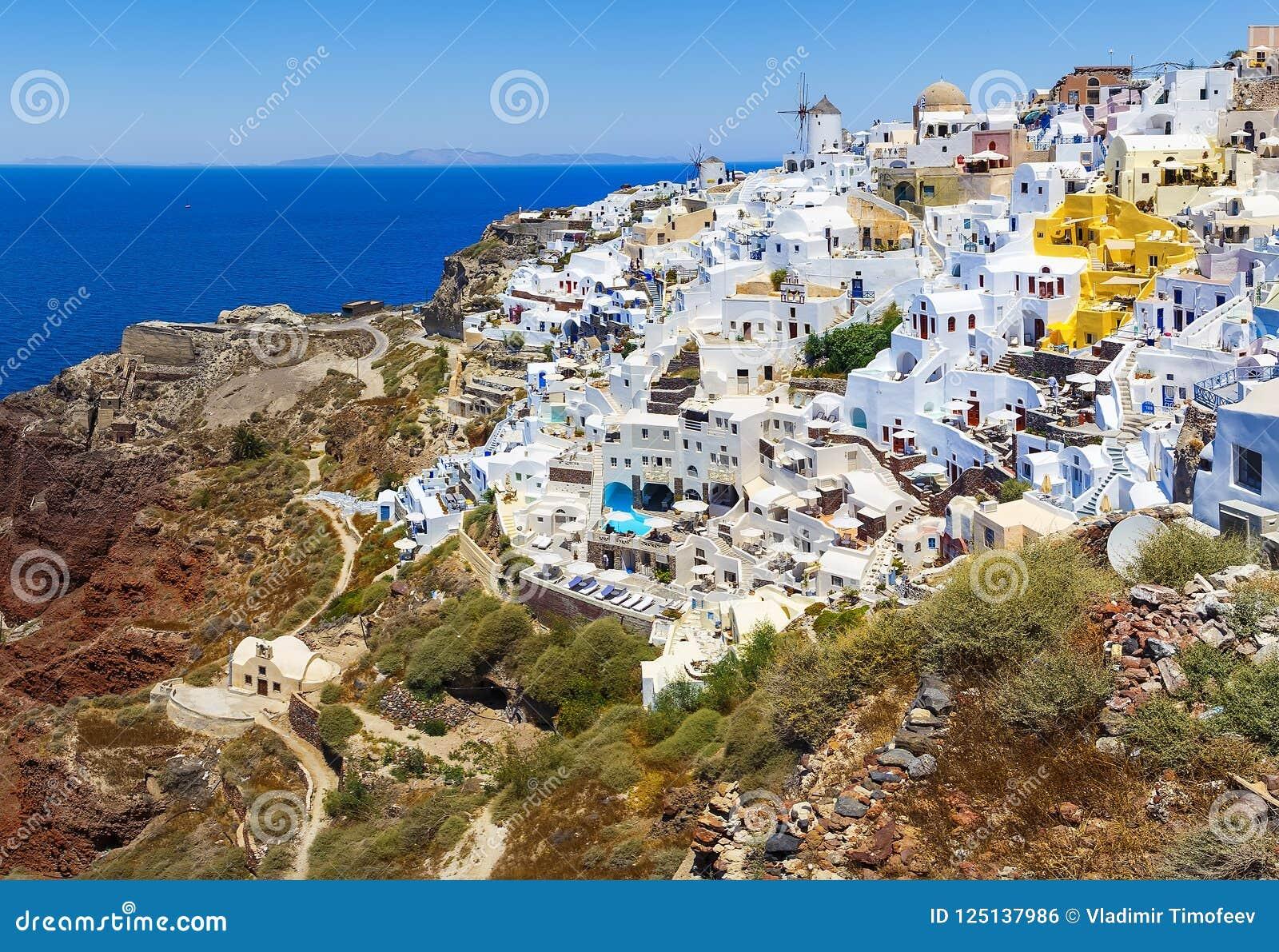 Ζαλίζοντας, κατάπληξης και όμορφου κλασική αρχιτεκτονική λευκού και χρώματος καραμέλας ελληνική με τους απίστευτους ανεμόμυλους σ