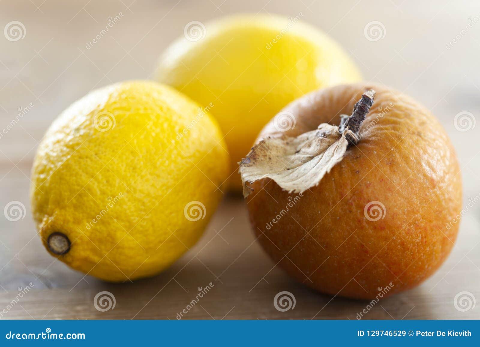 Ζαρωμένο μήλο και δύο λεμόνια