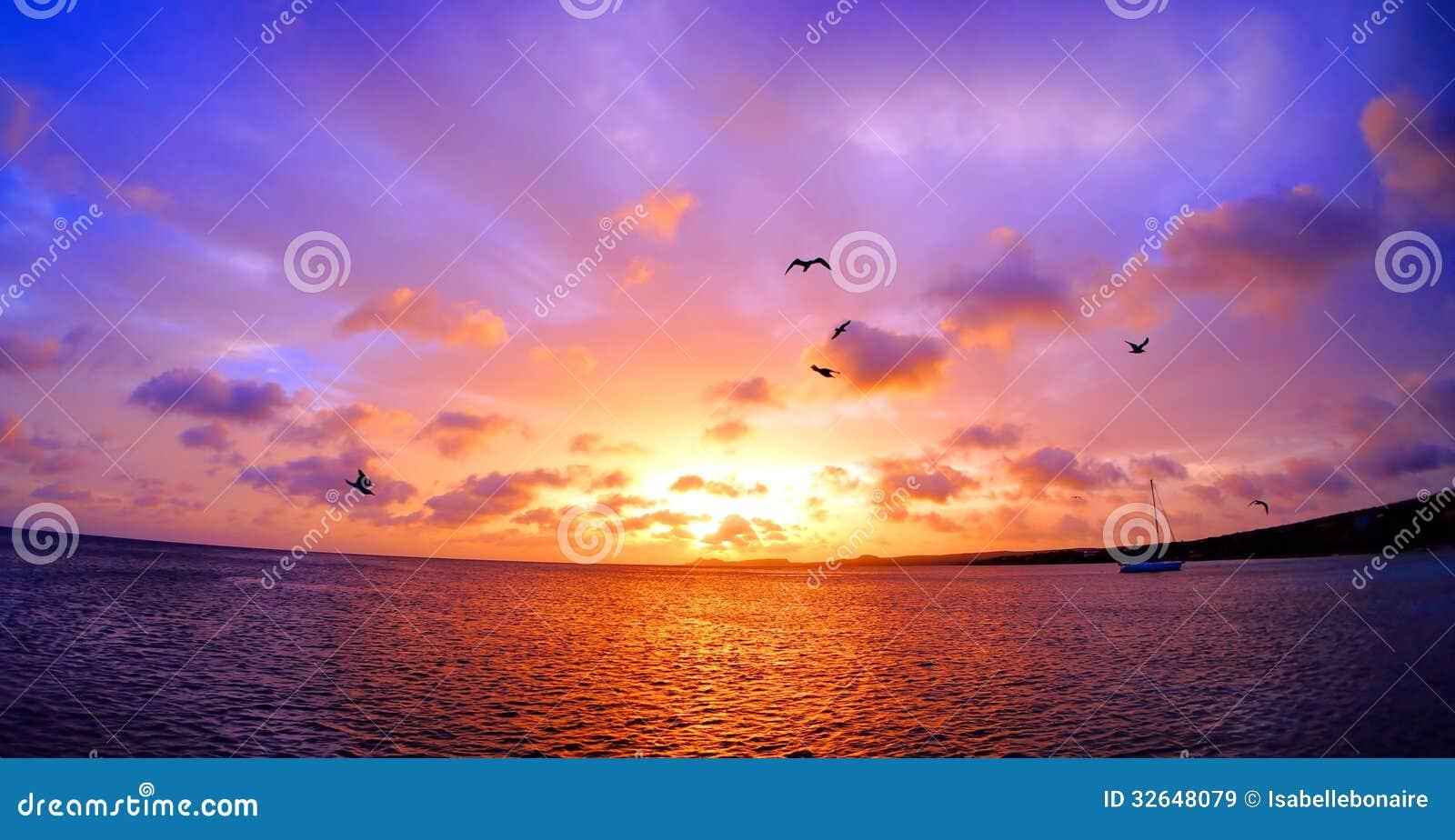 Ζαλίζοντας ζωηρόχρωμο ηλιοβασίλεμα στις Καραϊβικές Θάλασσες