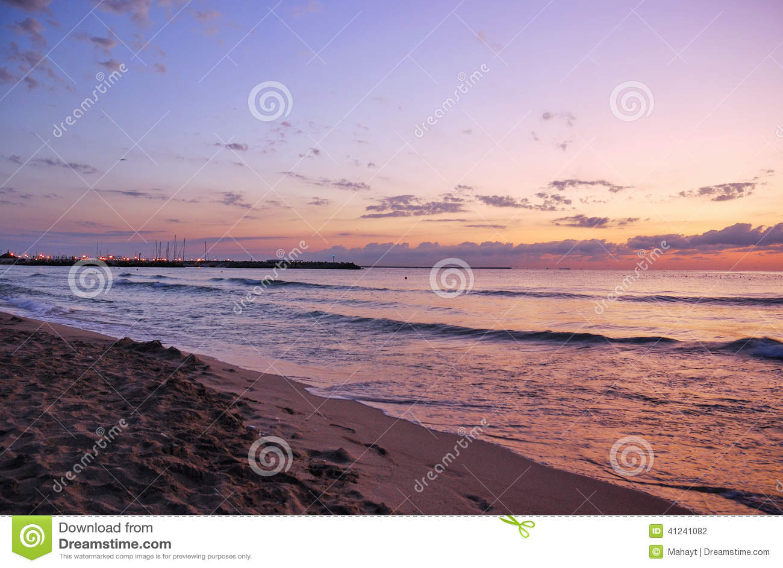 Ζαλίζοντας δονούμενη χρυσή ανατολή στην παραλία άμμου Πορτοκαλί χρώμα ανατολής