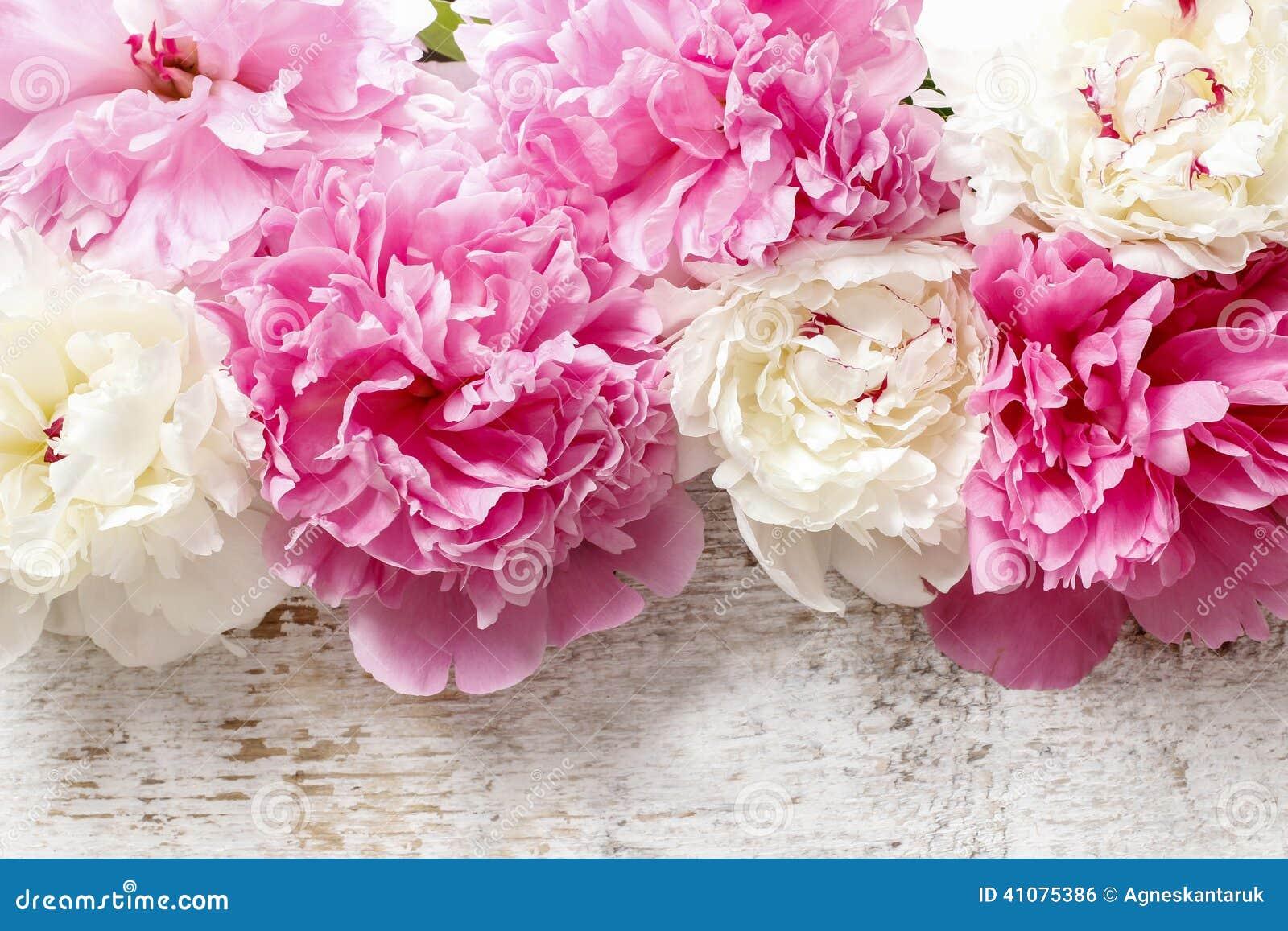 Ζαλίζοντας ρόδινα peonies, κίτρινα γαρίφαλα και τριαντάφυλλα