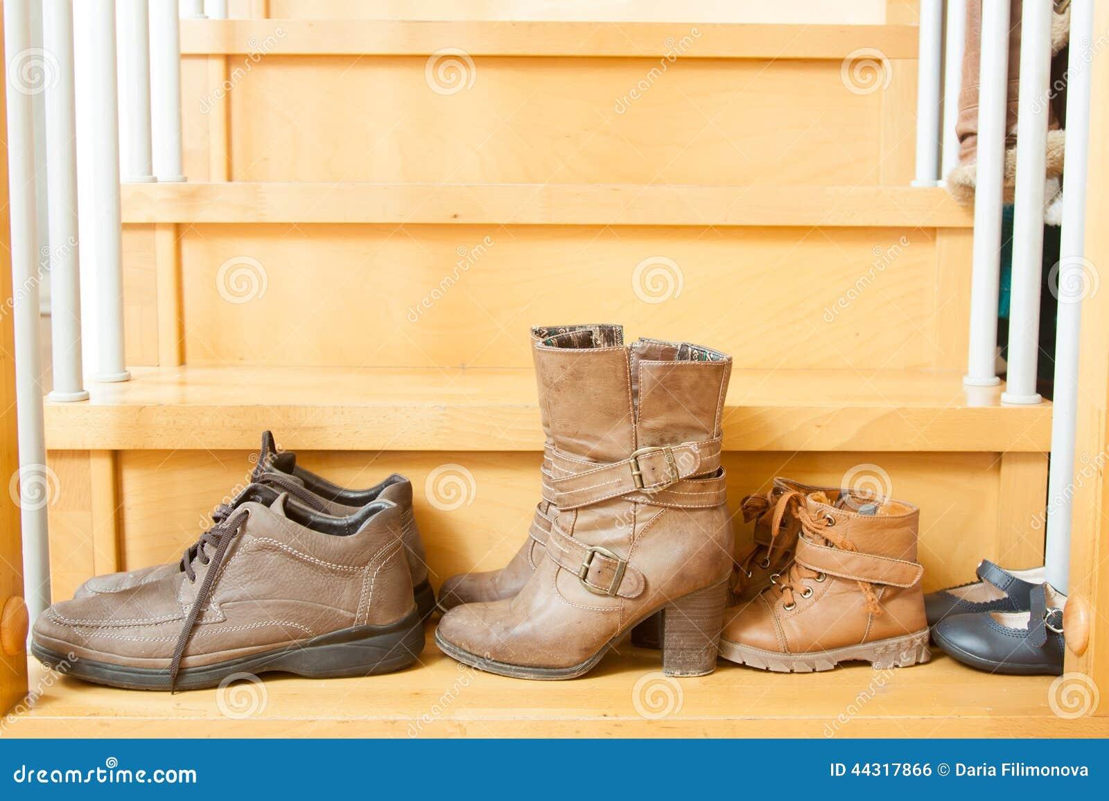 Ζευγάρια των παπουτσιών στα σκαλοπάτια