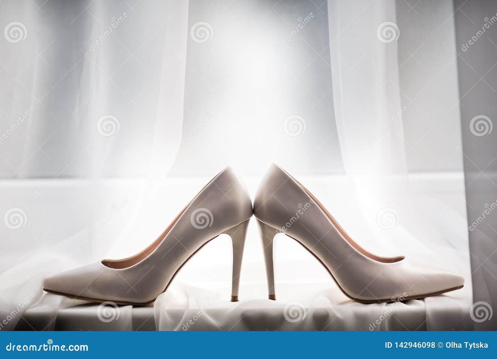 Ζευγάρι άσπρα παπούτσια, που βρίσκεται στο windowsill