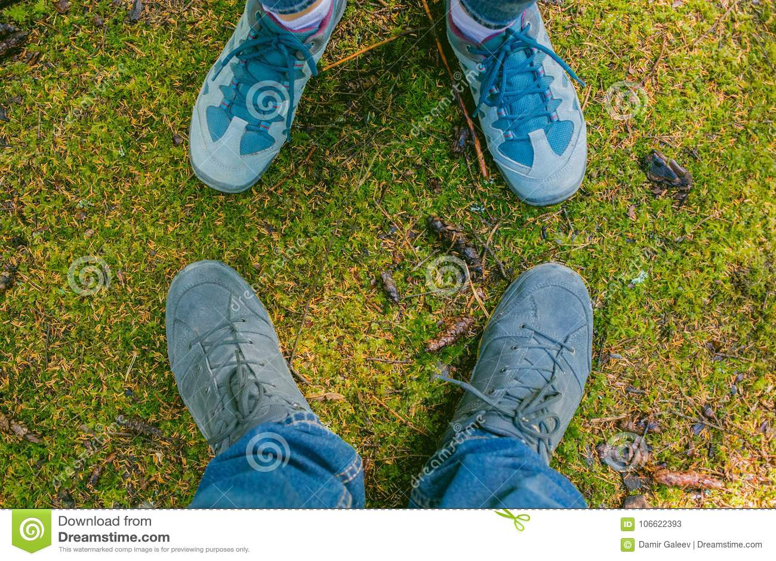 2e4f410b904 Ζευγάρι ερωτευμένου ρομαντικού υπαίθριου ποδιών ανδρών και γυναικών ...