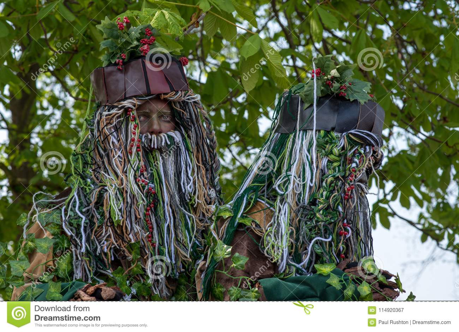 Ζευγάρι των δαιμονίων δέντρων με τις μακριούς γενειάδες και τον ελαιόπρινο που στέκονται κάτω από το δέντρο κάστανων αλόγων