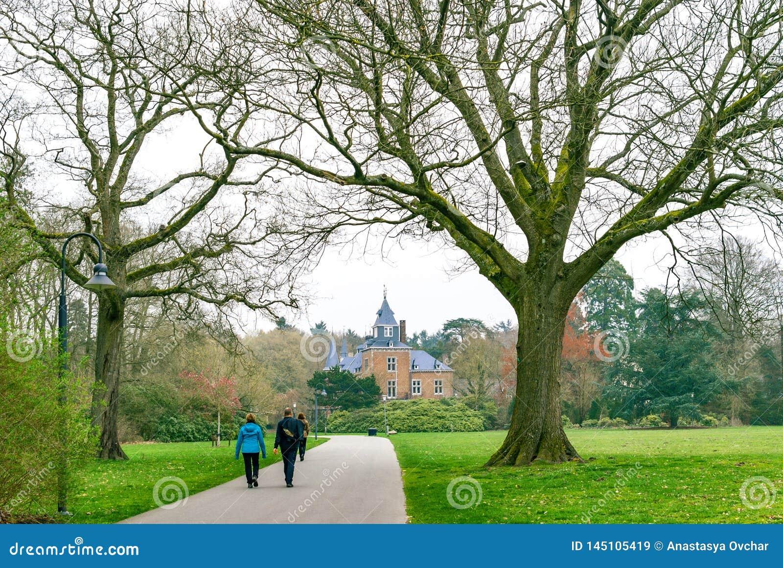 Ζεύγη που περπατούν σε ένα πάρκο μια νεφελώδη ημέρα άνοιξη