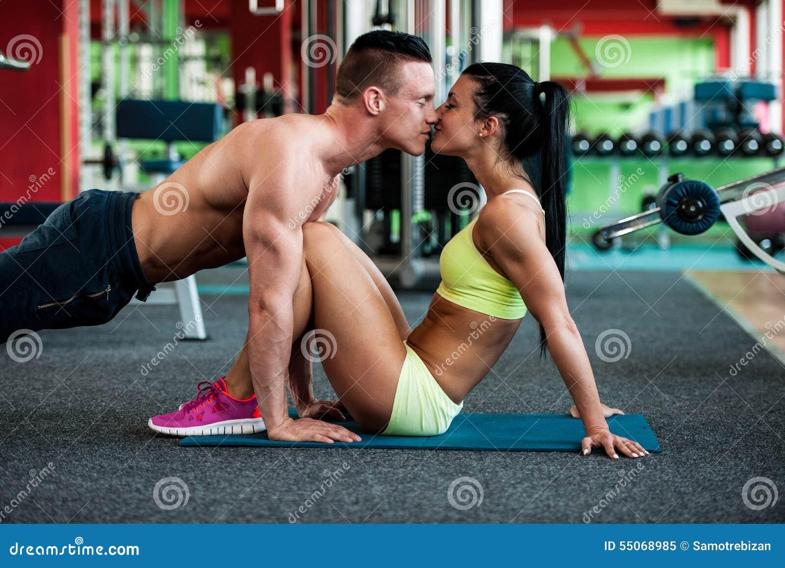 Ζεύγος ικανότητας workout - κατάλληλο τραίνο Mann και γυναικών στη γυμναστική