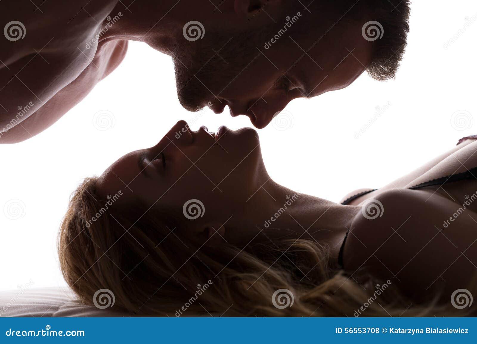 Download Ζεύγος και αντίστροφο φιλί στοκ εικόνες. εικόνα από ρωμανικός - 56553708
